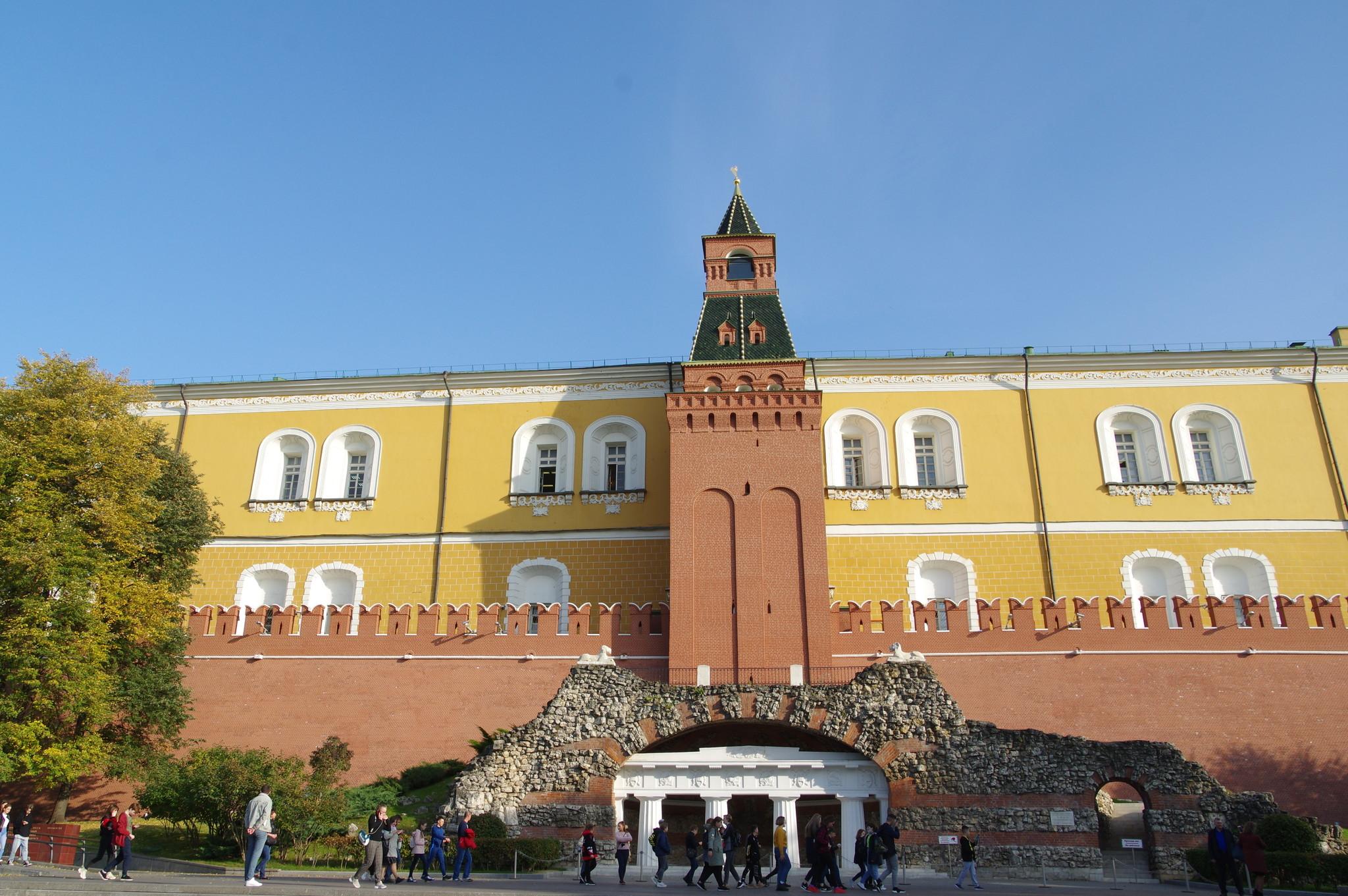 Итальянский грот (известен также как грот «Руины», павильон-руина «Грот») - мемориальное и декоративное сооружение в Александровском саду у подножия Средней Арсенальной башни Московского Кремля
