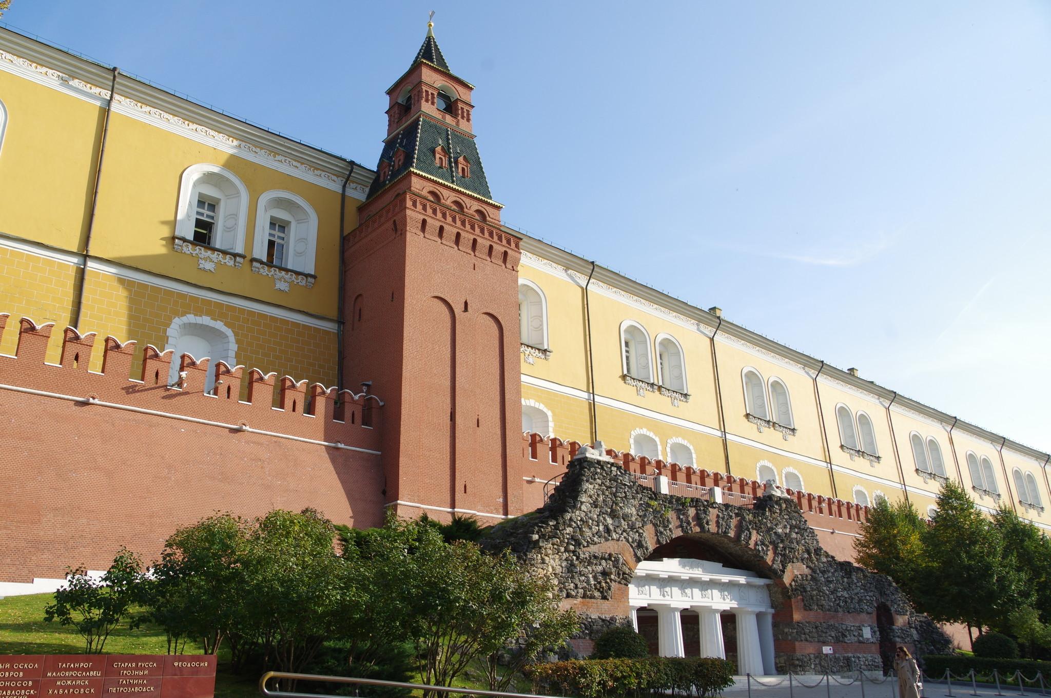 Итальянский грот в Александровском саду у подножия Средней Арсенальной башни Московского Кремля