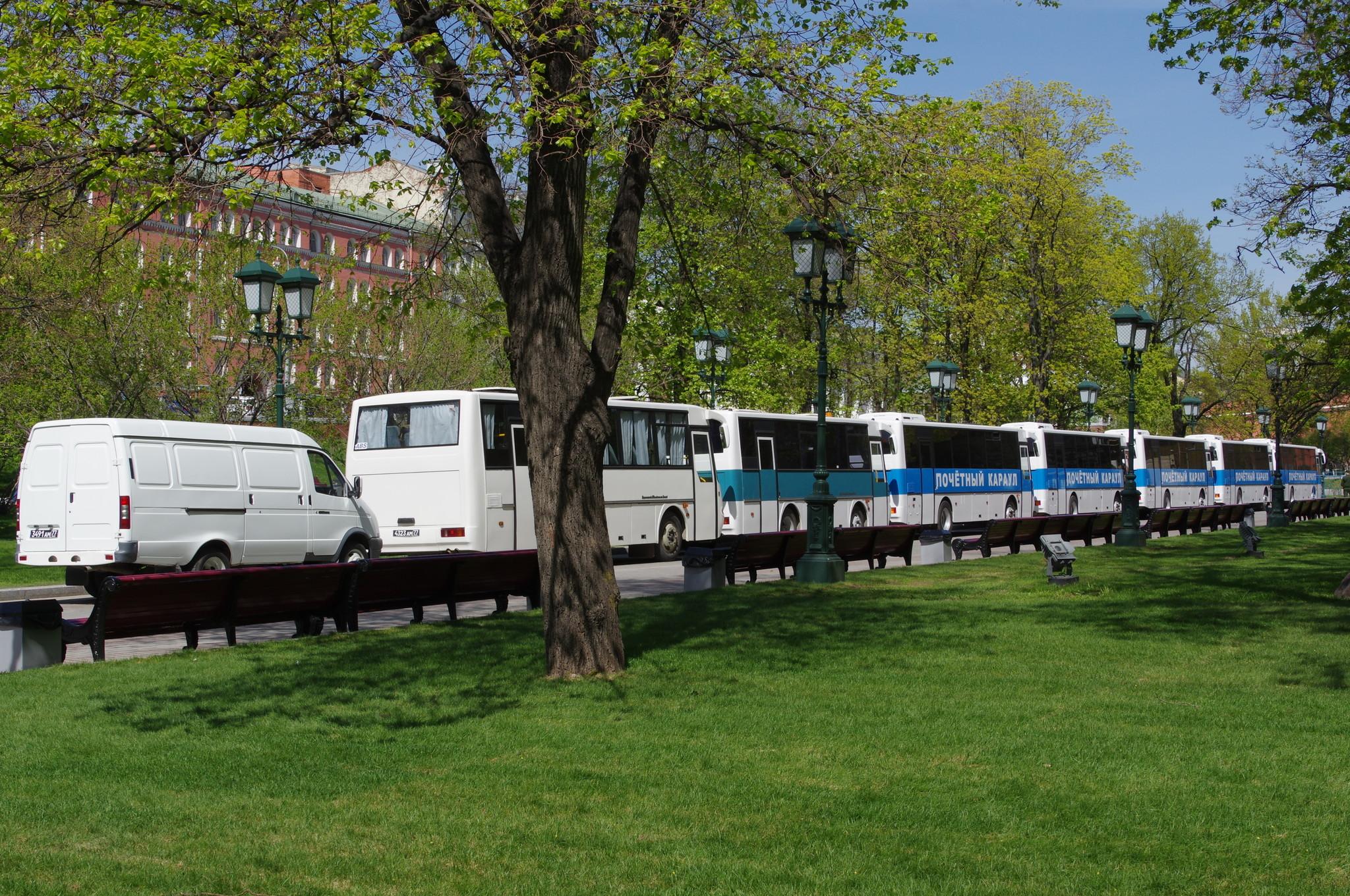 Автобусы Почётного караула в Александровском саду