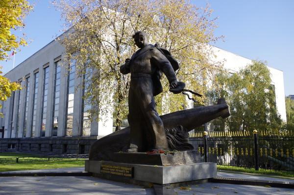 Мемориал экипажу атомного подводного крейсера «Курск» в Москве напротив Музея Вооружённых сил