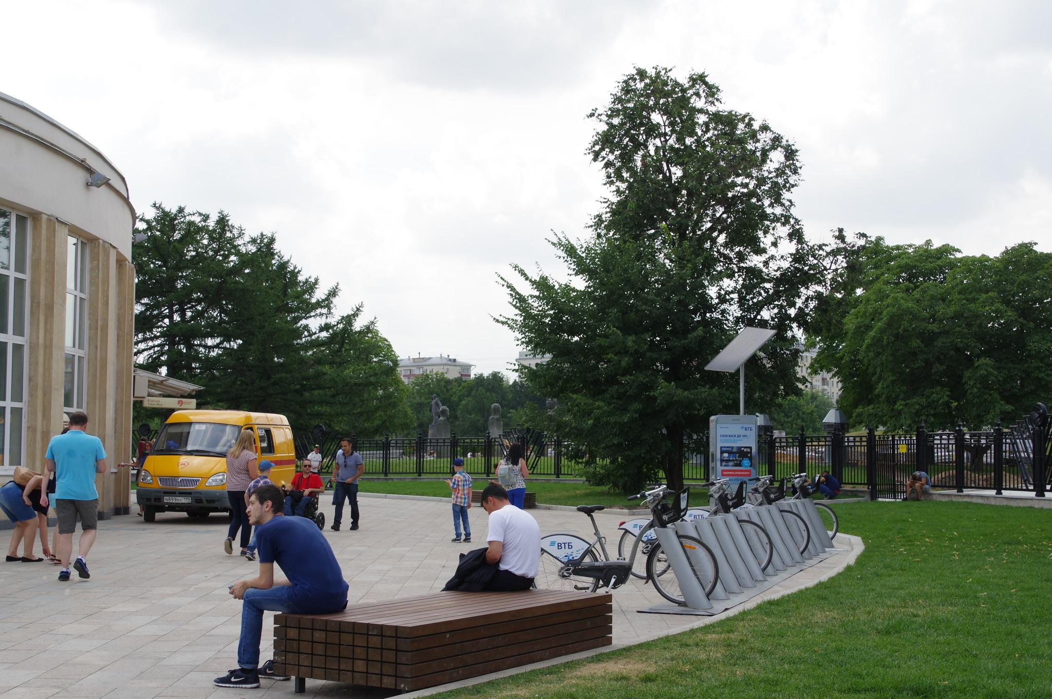 Велобайк у входа на станцию метро «ВДНХ»