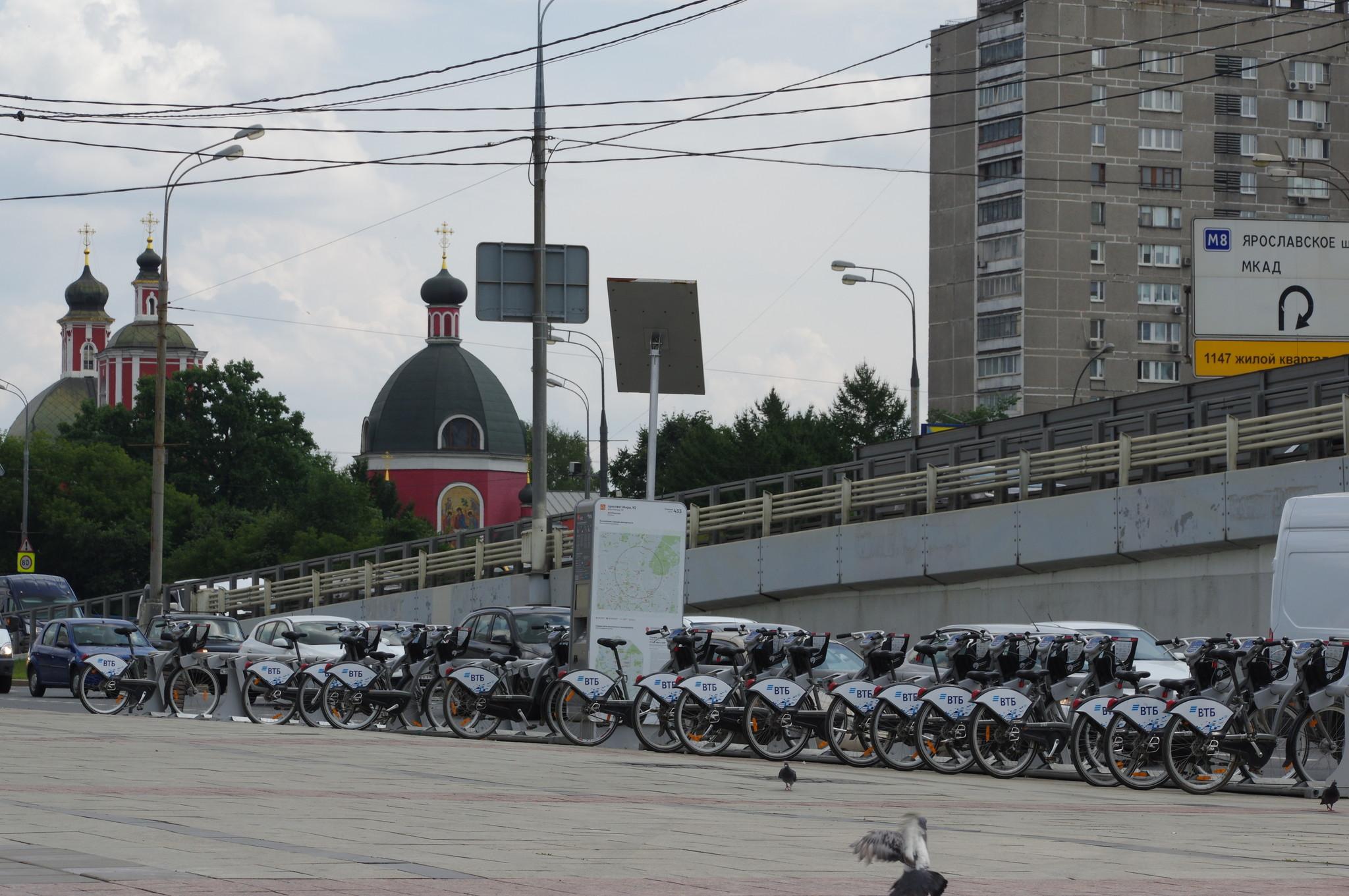 Велобайк у входа на станцию метро «Рижская»