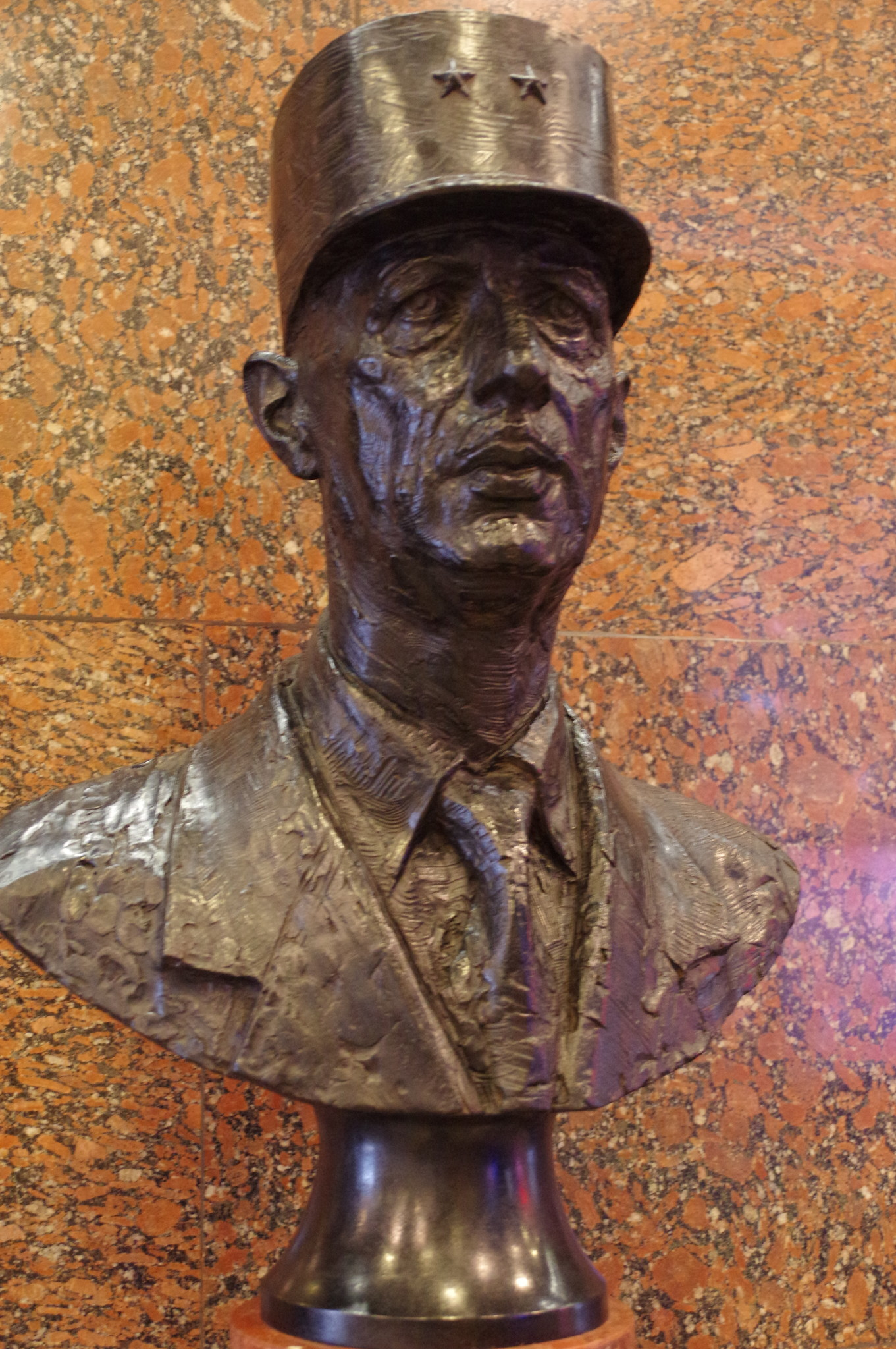 Генерал Шарль де Голль. Автор Андрей Владимирович Тыртышников. Установлен 18 июня 2013 года в Музее Победы