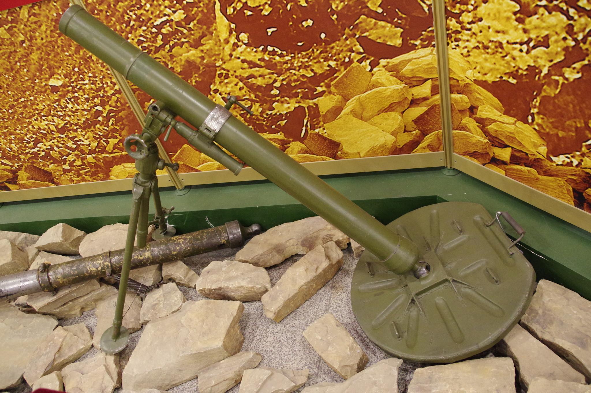 Миномёт 82-мм образца 1937 года в экспозиции Музея Победы