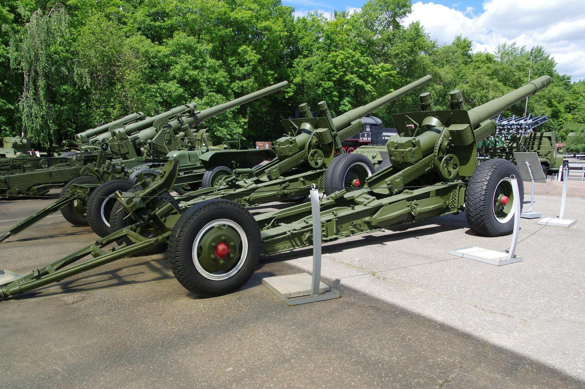 Артиллерийские орудия в экспозиции Музея Победы