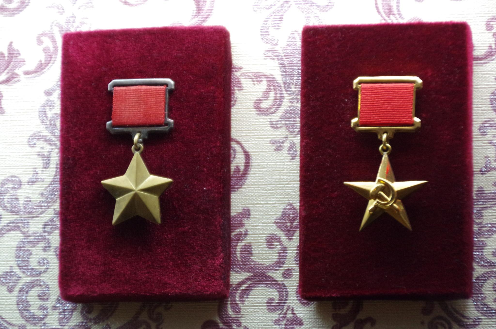 Медаль Золотая Звезда Героя Советского Союза и Золотая медаль Серп и Молот в экспозиции Музея Победы