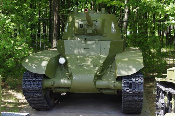 Лёгкий колёсно-гусеничный танк БТ-7 с конической башней в экспозиции Центрального музея Великой Отечественной войны 1941-1945 гг.