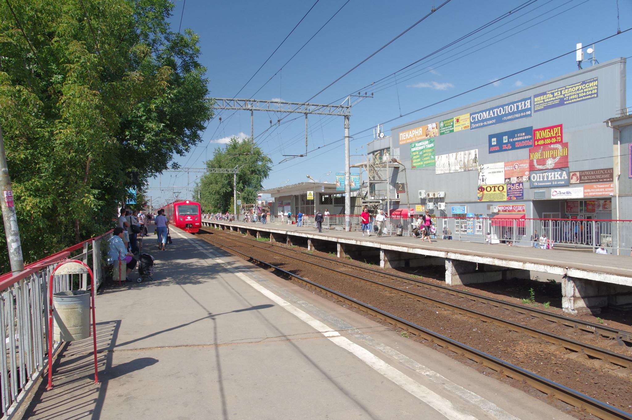 Поезд компании «Аэроэкспресс» на платформе «Лианозово»