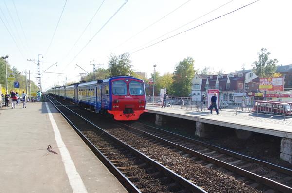 Электропоезд ЭД4М-0254 РЭКС регион-экспресс повышенной комфортности прибыл на станцию Долгопрудная