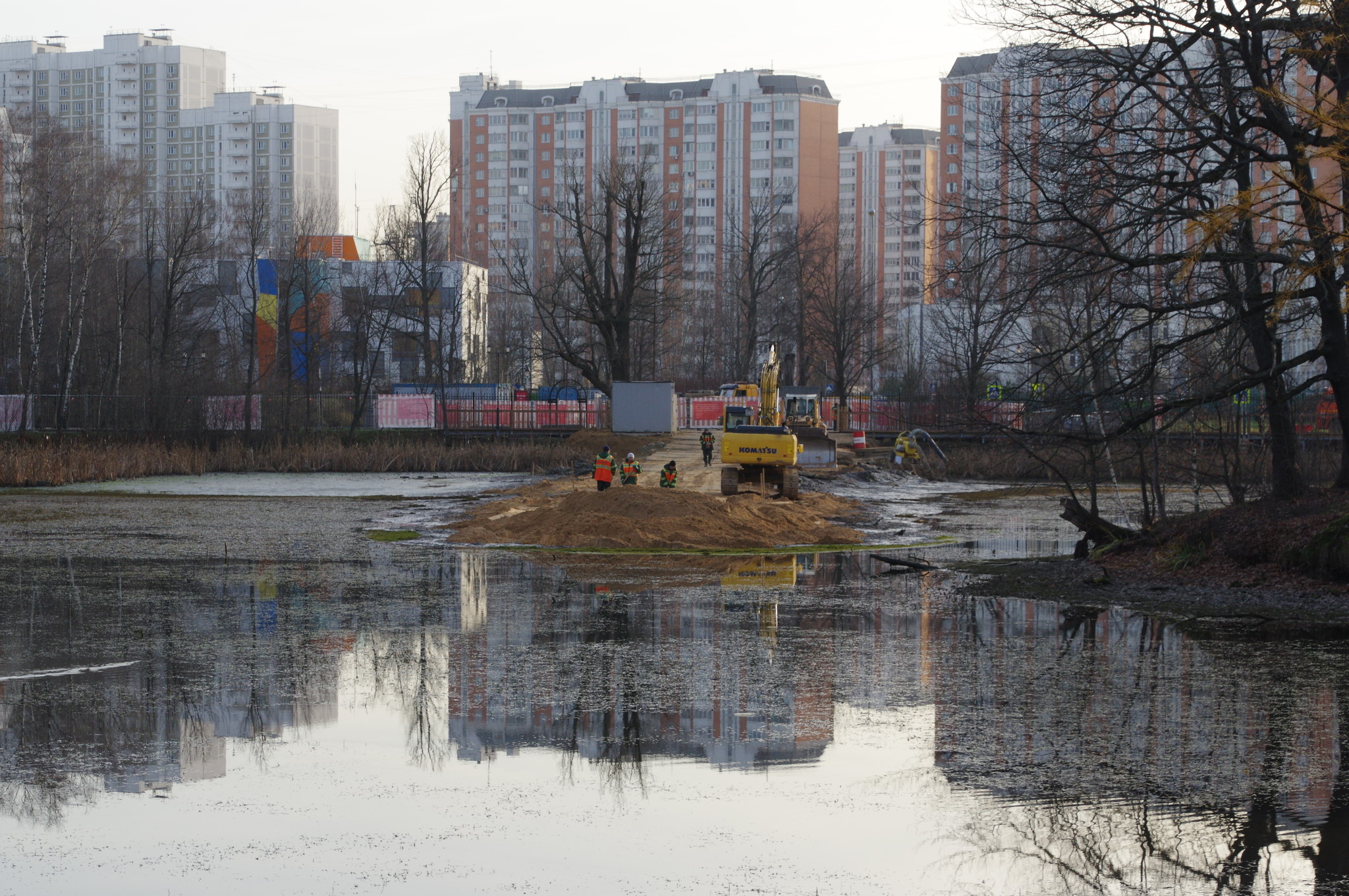 Работы по очистке пруда в усадьбе Архангельское-Тюриково