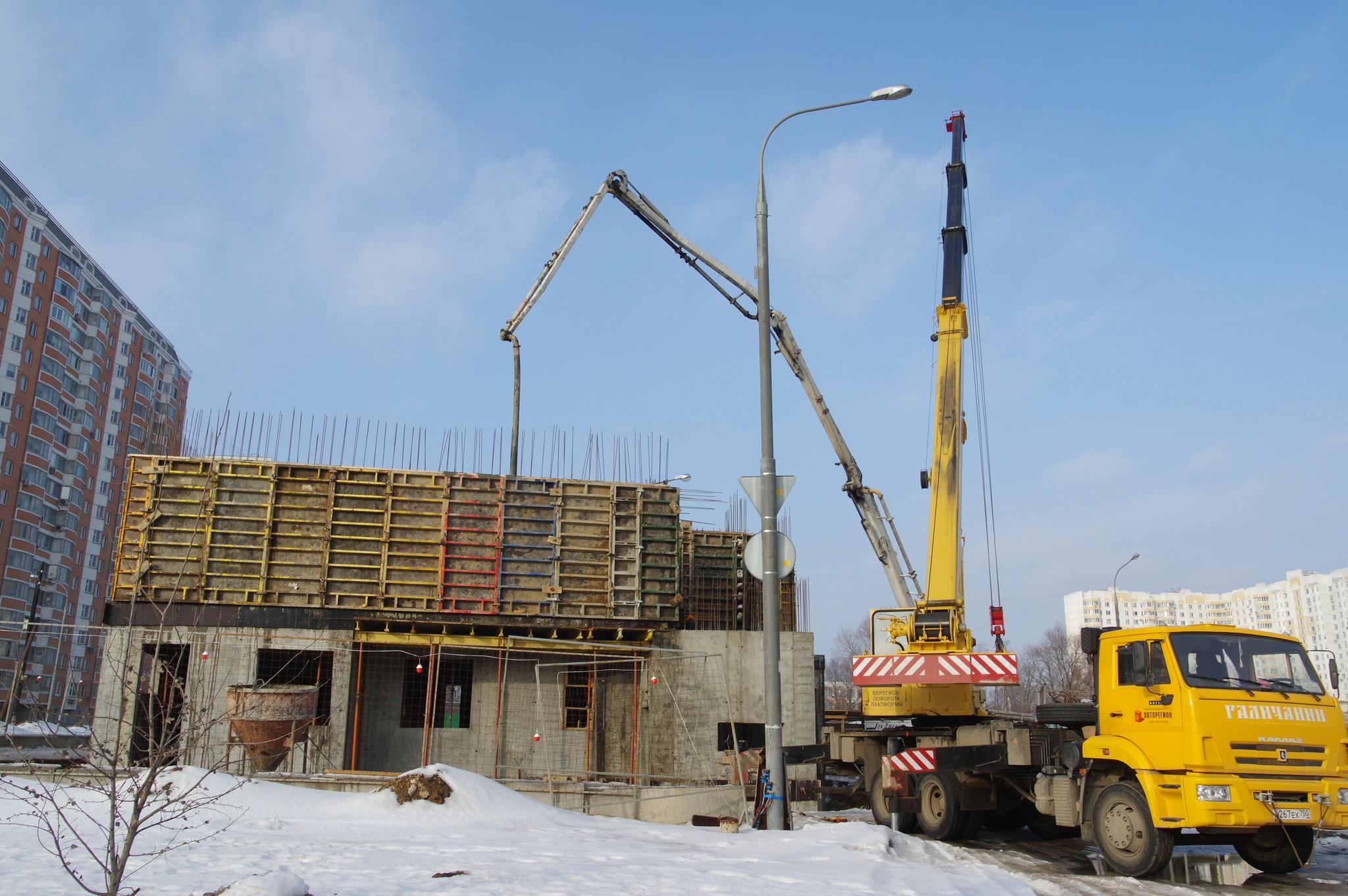 Автокран на базе автомобильного шасси КАМАЗ. Строительство конечной станции городского пассажирского транспорта в 4 микрорайоне посёлка Северный
