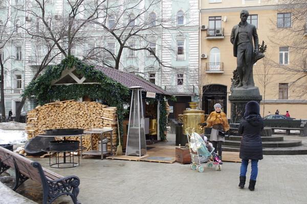 У памятника Сергею Есенину на Тверском бульваре