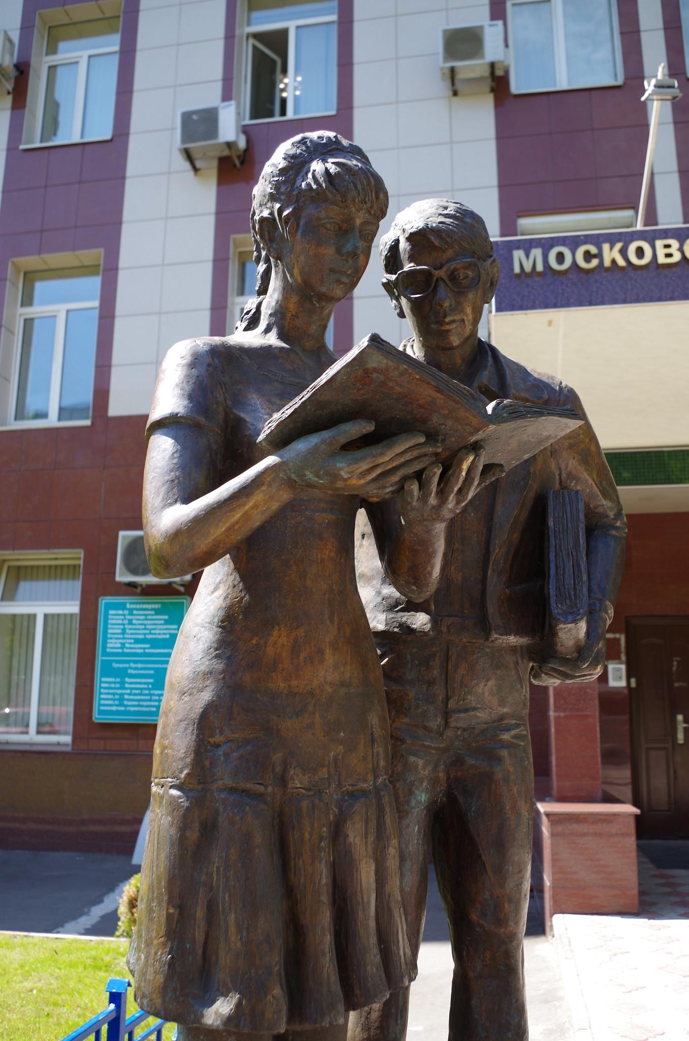 Памятник Шурику и Лиде находится возле дома № 6/1 по улице Артюхиной