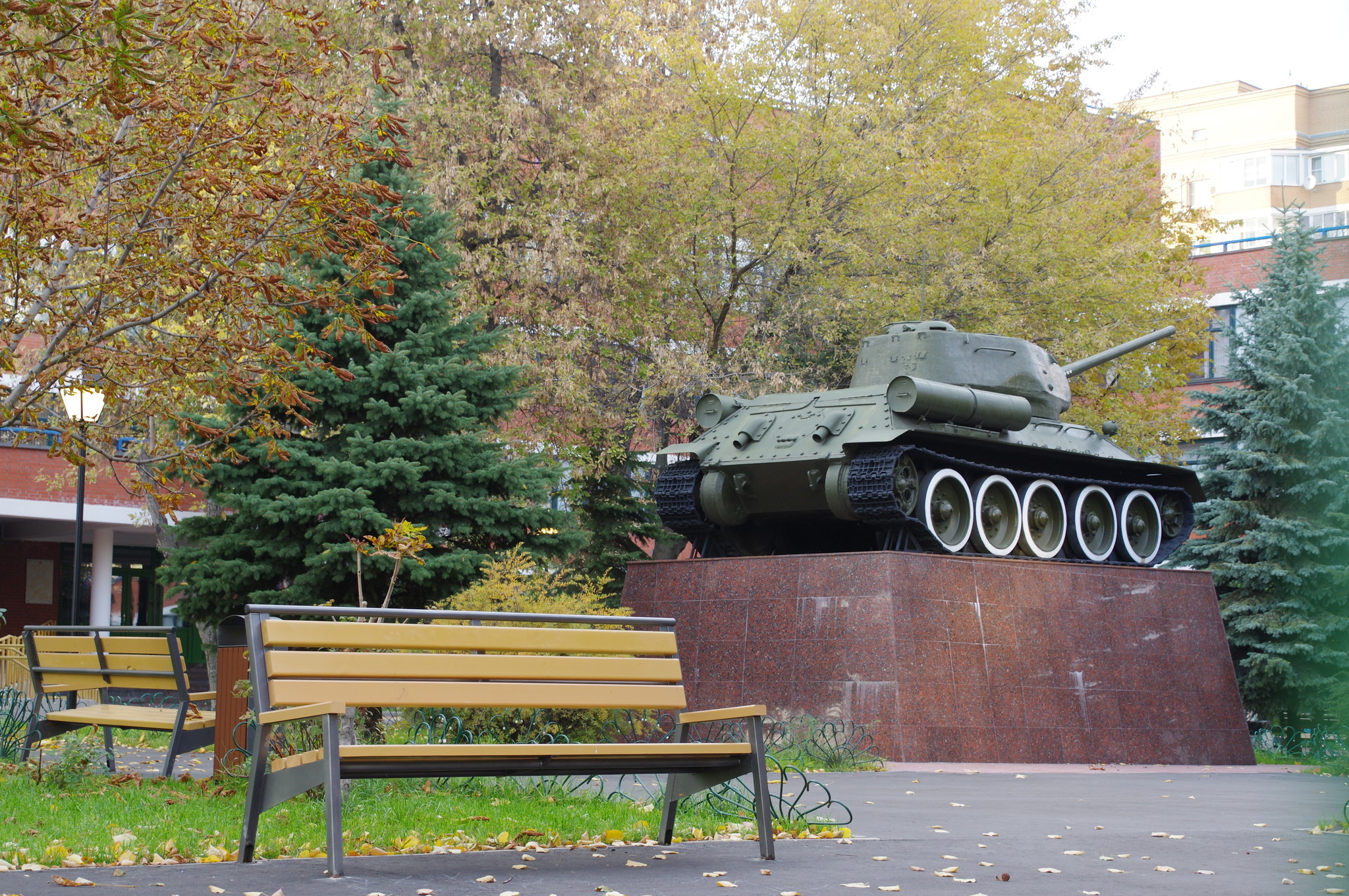Средний танк Т-34-85. Государственное бюджетное общеобразовательное учреждение города Москвы «Школа № 627 имени генерала Д.Д. Лелюшенко» (Дубининская улица, дом 42)