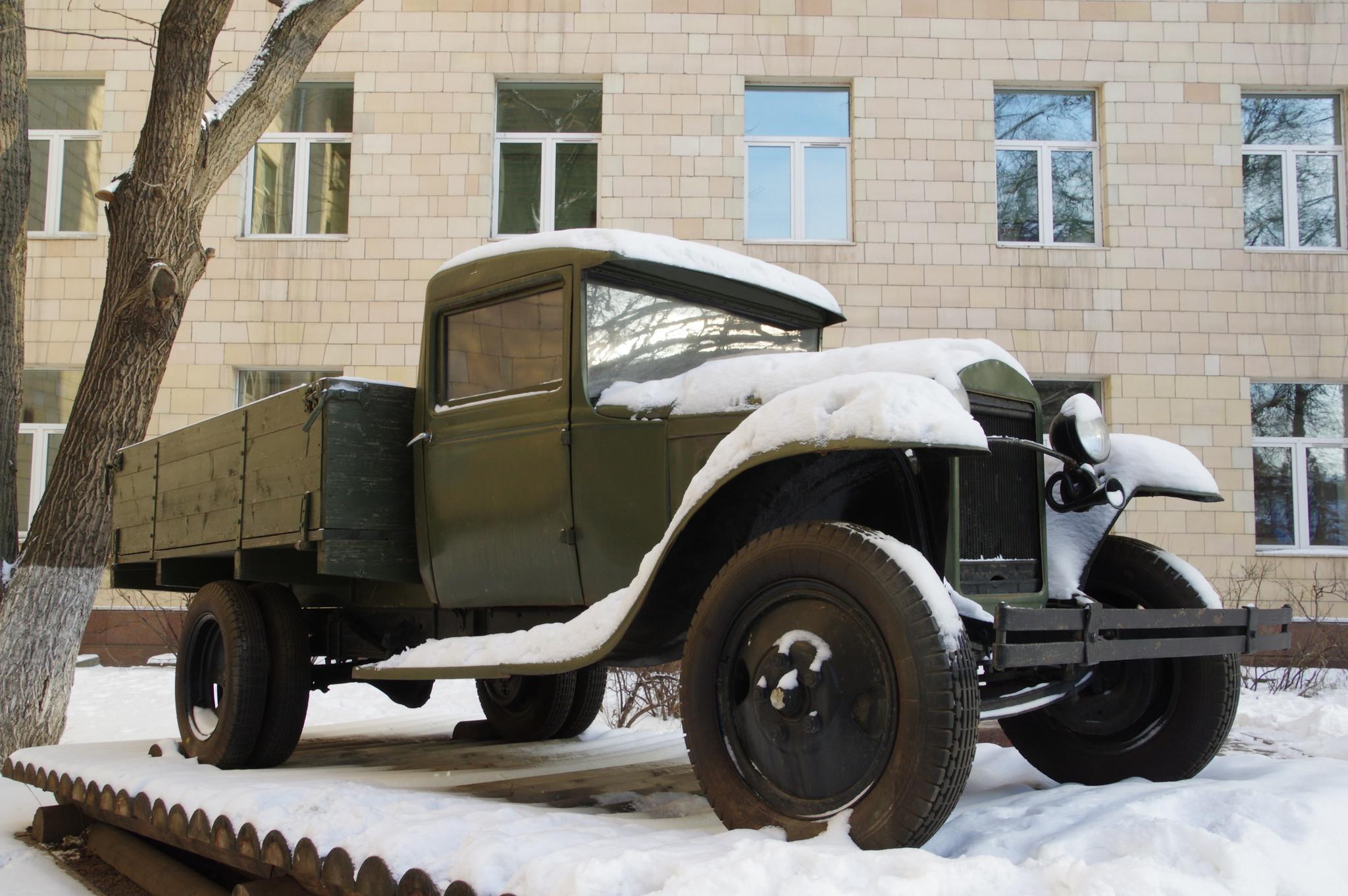 Полуторка возле здания Московского автомобильно-дорожного государственного технического университета (МАДИ)