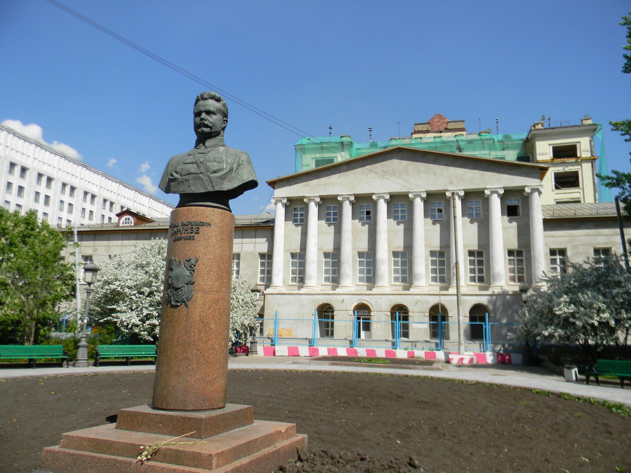 Памятник М.В. Фрунзе расположен на улице Знаменка в Москве