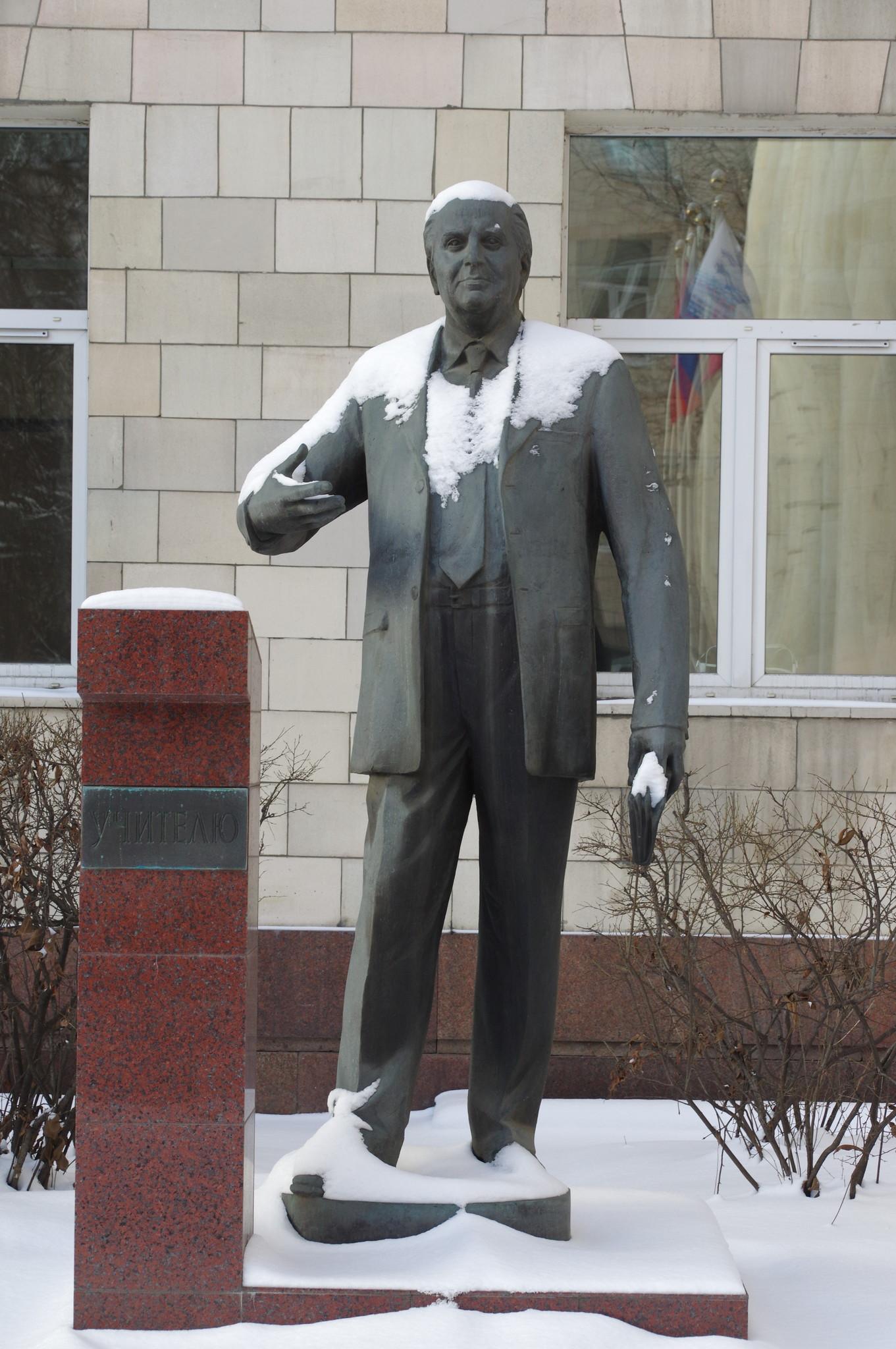 Памятник учителю возле университета (МАДИ)
