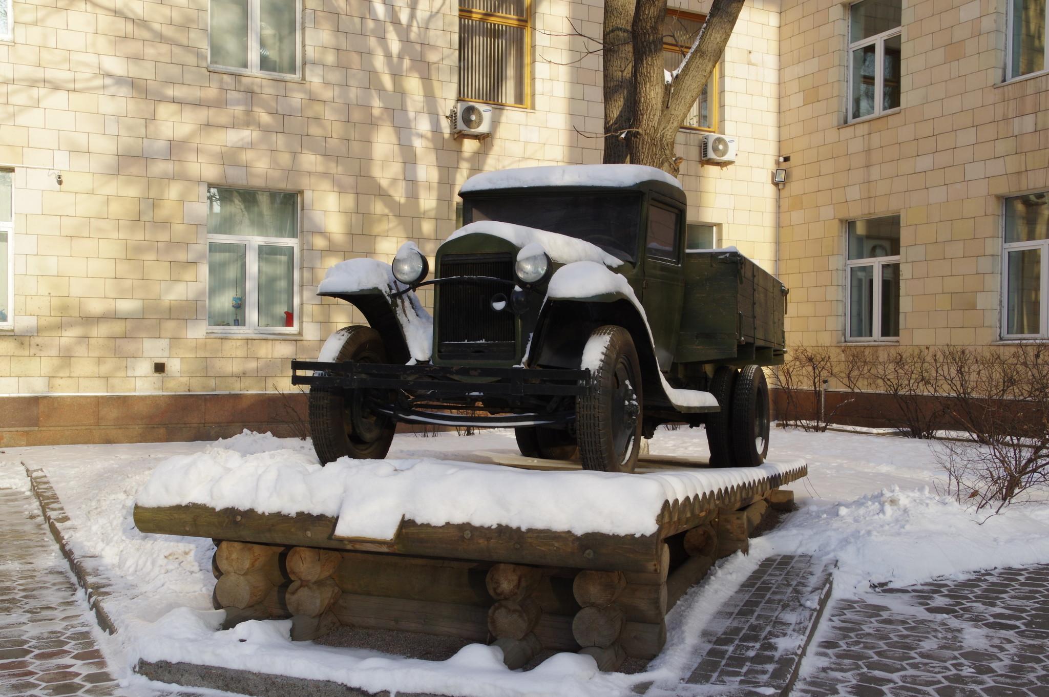 Автомобиль ГАЗ-АА возле здания Московского автомобильно-дорожного государственного технического университета (МАДИ)