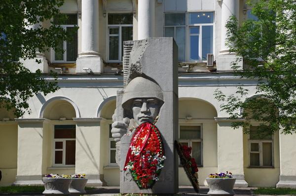 Памятник погибшим воинам 5-й дивизии народного ополчения на улице Остоженка