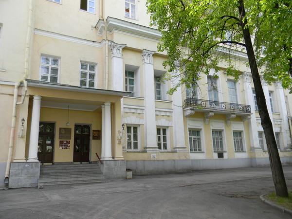 Усадьба Голицыных (XVIII-XIX века). В этом доме в 1885-1886 годах жил, работал и 27 января 1886 года умер Иван Сергеевич Аксаков (улица Волхонка, дом 14, строение 5)