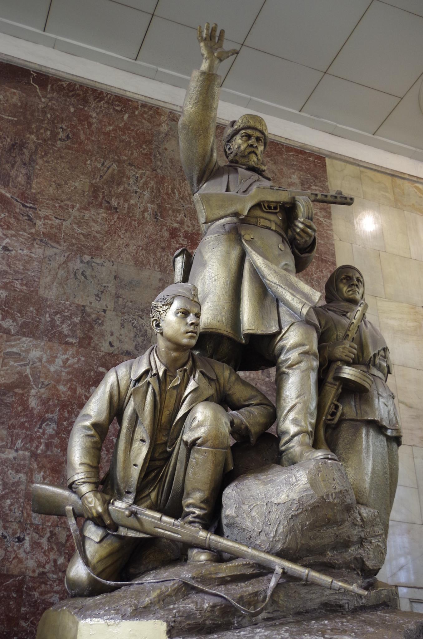 Скульптурная группа «Партизаны» (скульптор М.Г. Манизер). Станция метро «Партизанская»