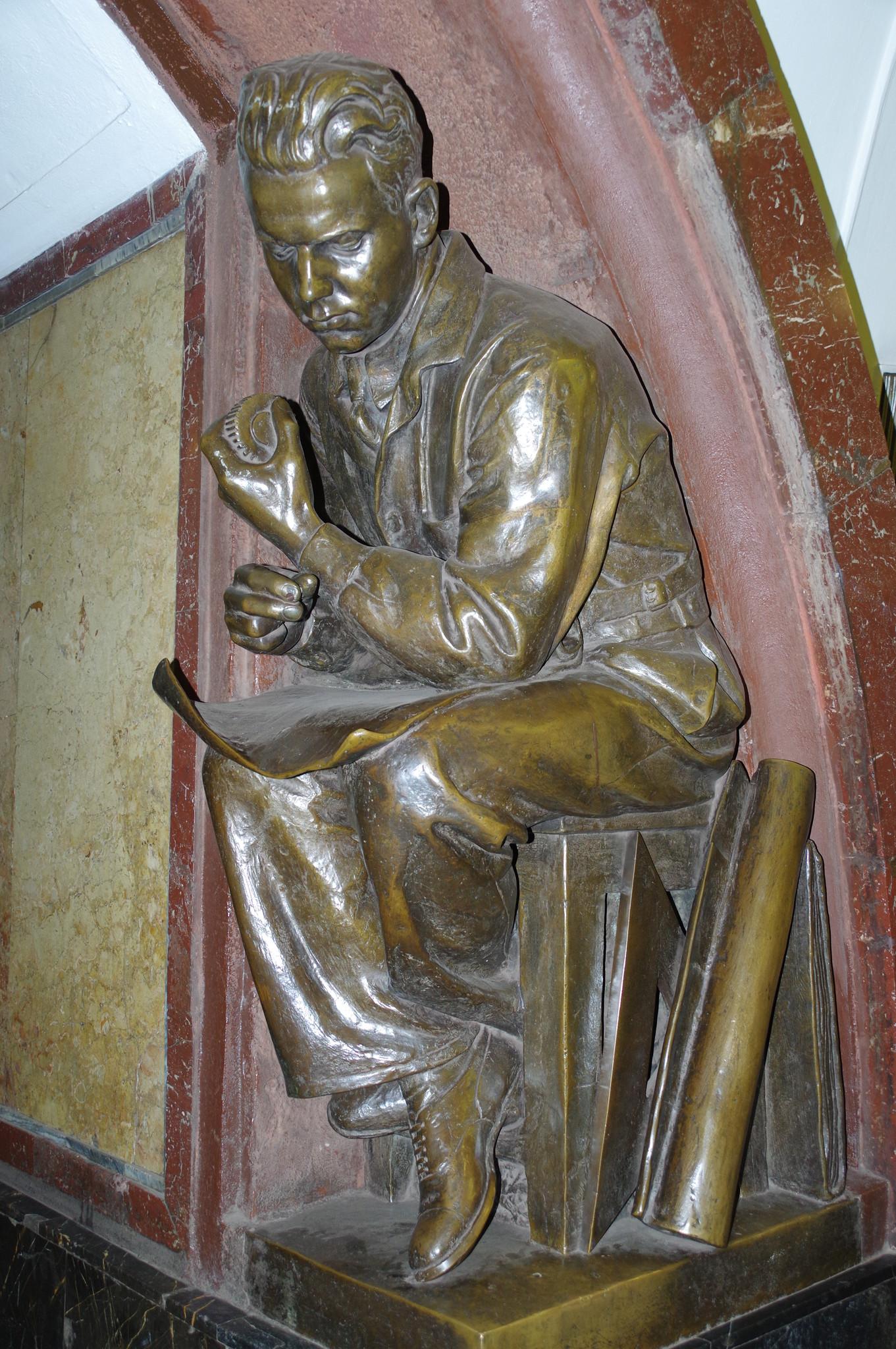 Скульптура «Молодой инженер». В левой руке он держит шестерню, а в правой держал циркуль (в настоящее время у всех четырёх скульптур он отсутствует)