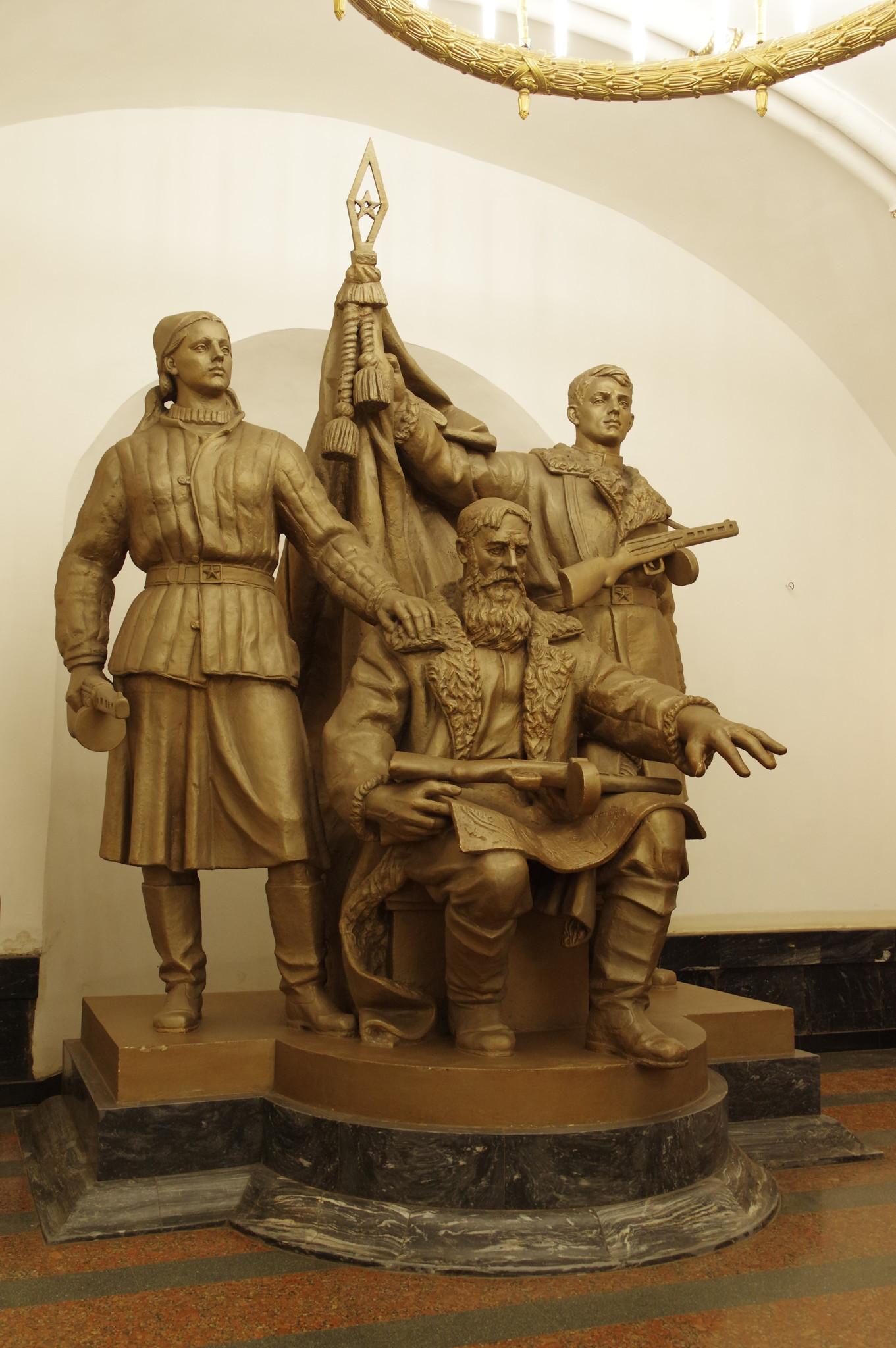 Скульптура «Белорусские партизаны», установленная в переходе на Замоскворецкую линию со станции «Белорусская» Кольцевой линии Московского метрополитена