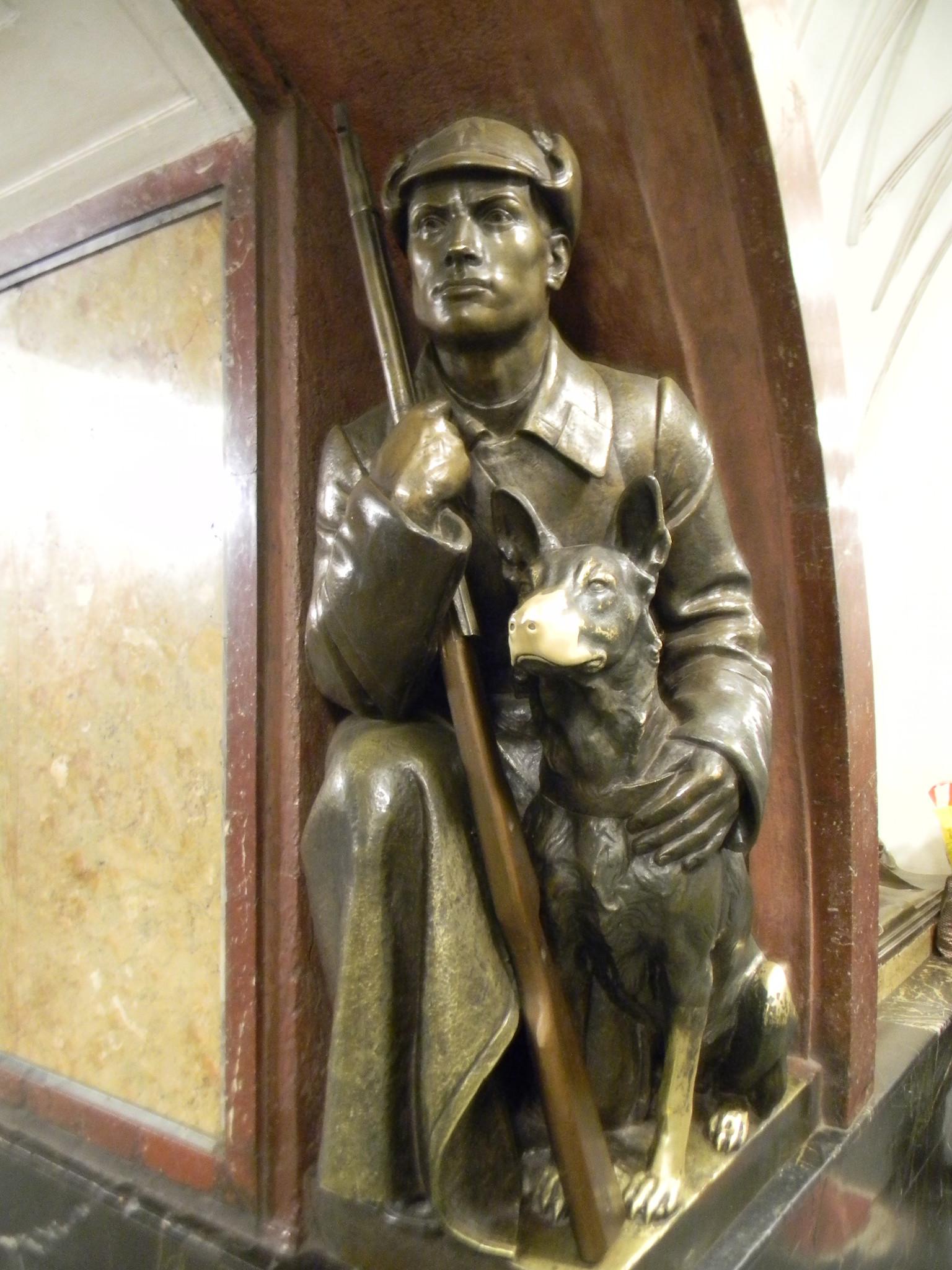 Скульптура «Пограничник с собакой» на станции «Площадь Революции» Московского метрополитена