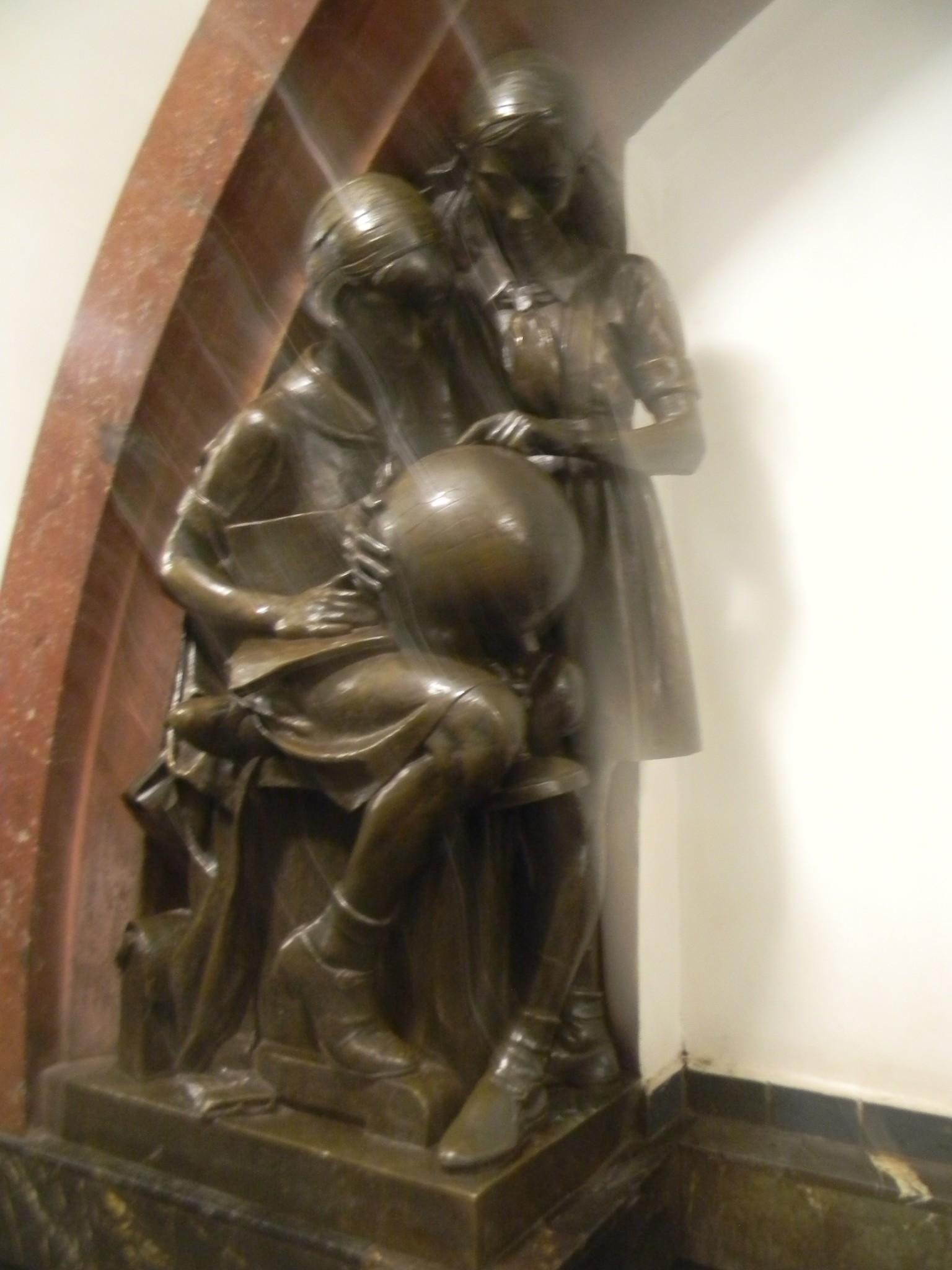 Скульптура «Пионерки-географы» на станции «Площадь Революции» Московского метрополитена