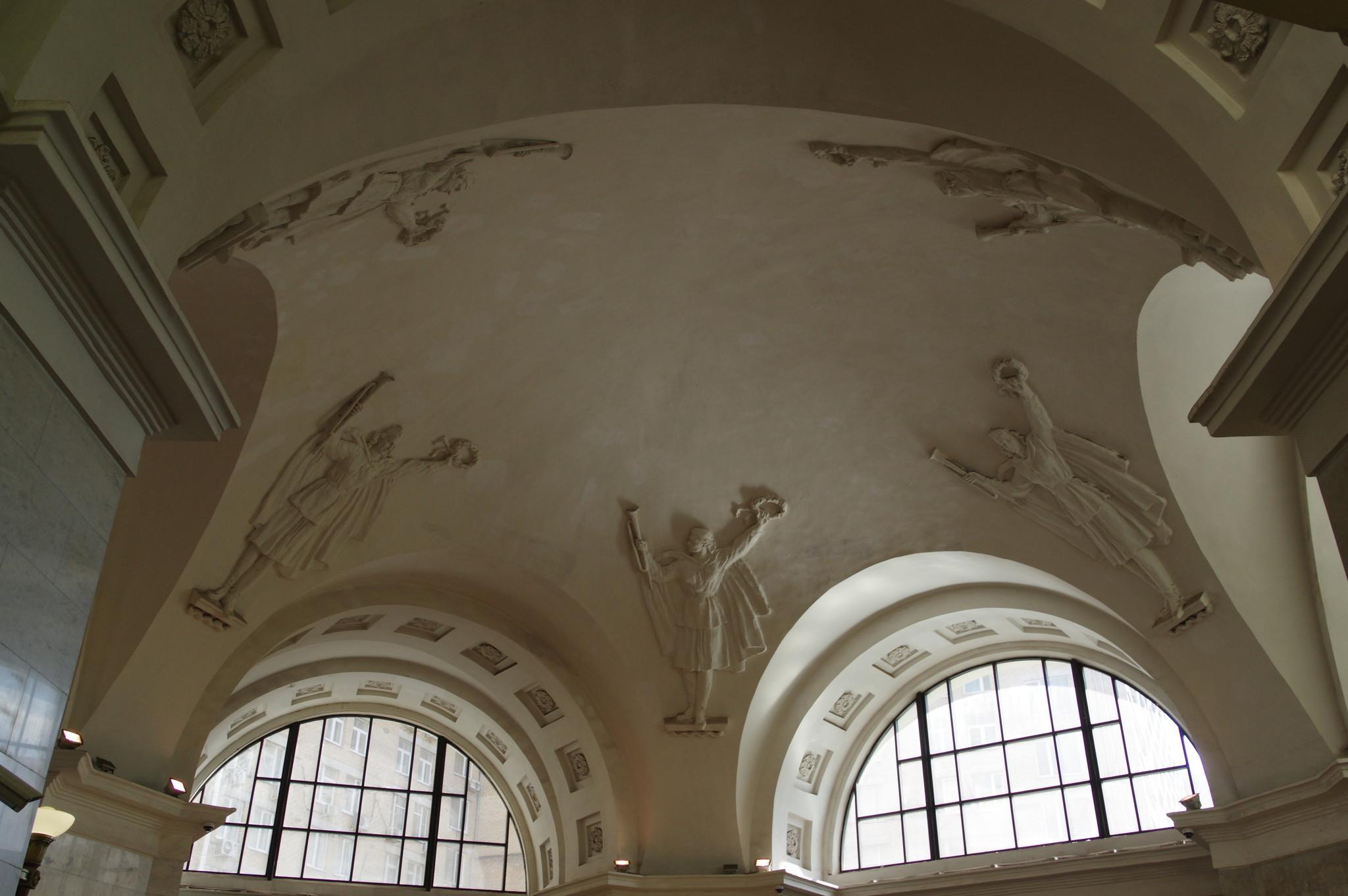 Барельефы на потолке вестибюля станции «Октябрьская» Кольцевой линии Московского метрополитена
