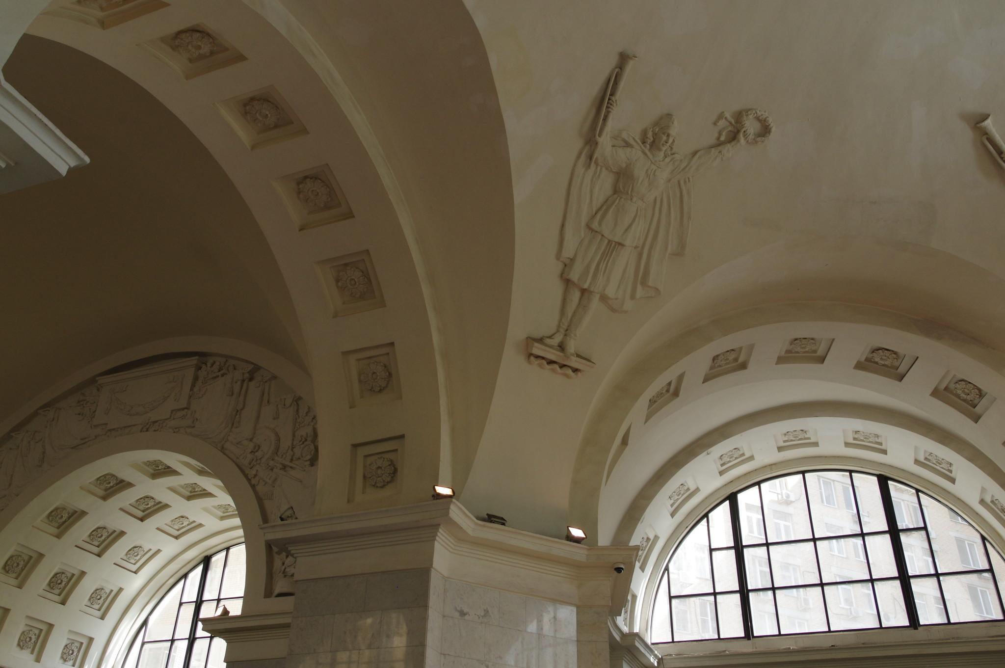 Внутри вестибюля станции «Октябрьская» Кольцевой линии Московского метрополитена