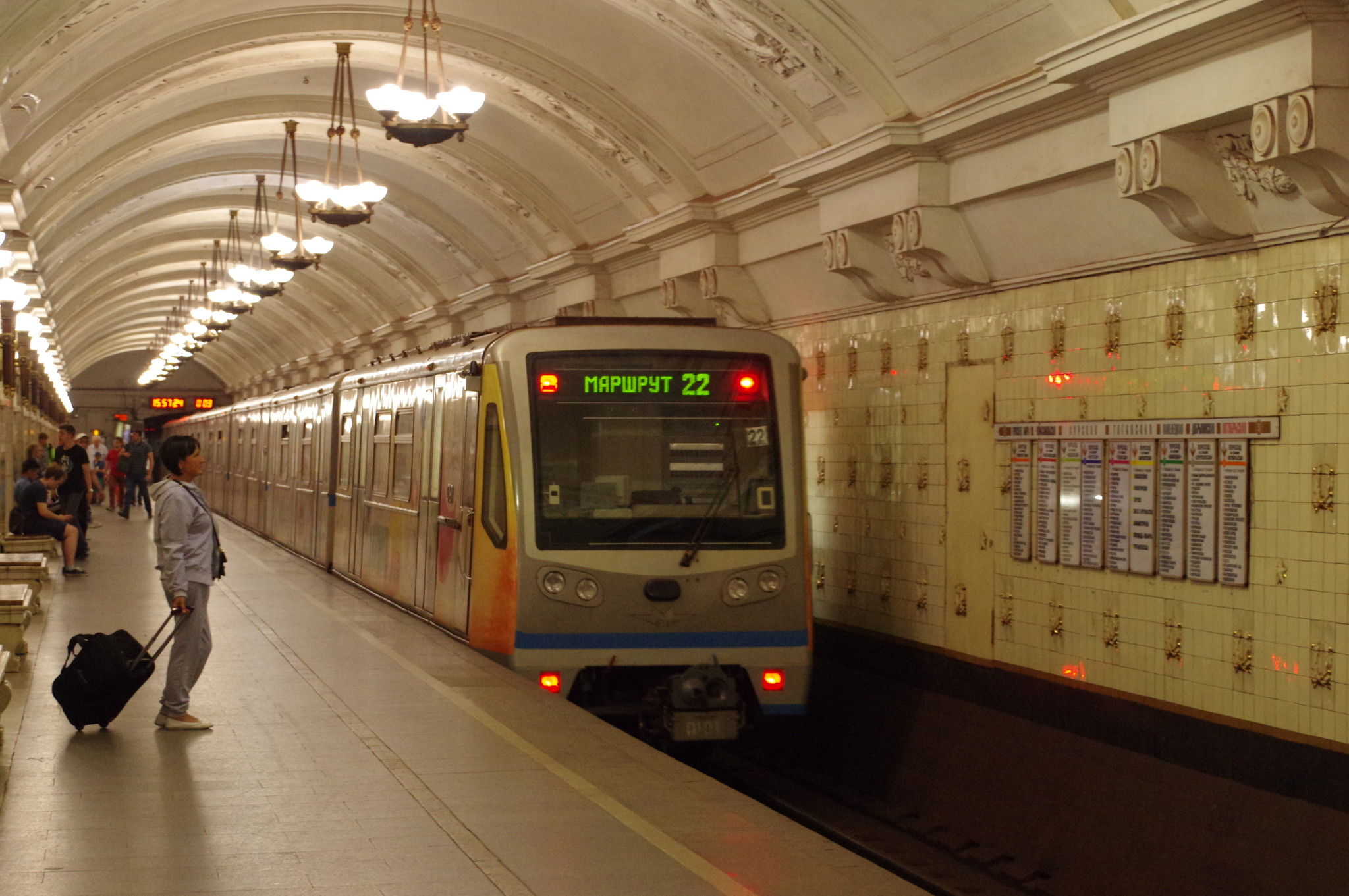 Посадочная платформа на станции «Октябрьская» Кольцевой линии Московского метрополитена