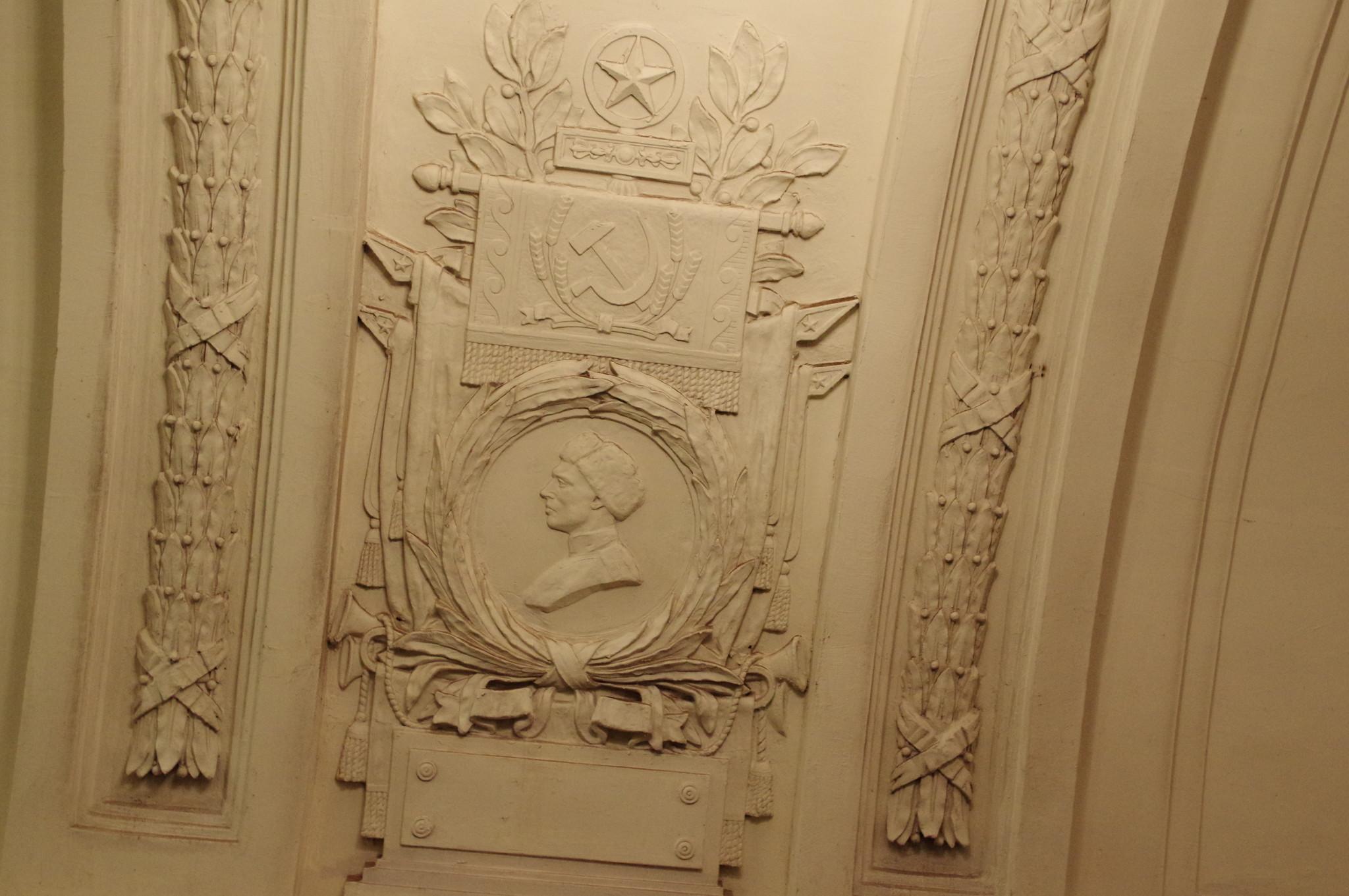 Медальон с изображением советского воина на пилоне станции «Октябрьская» Кольцевой линии Московского метрополитена