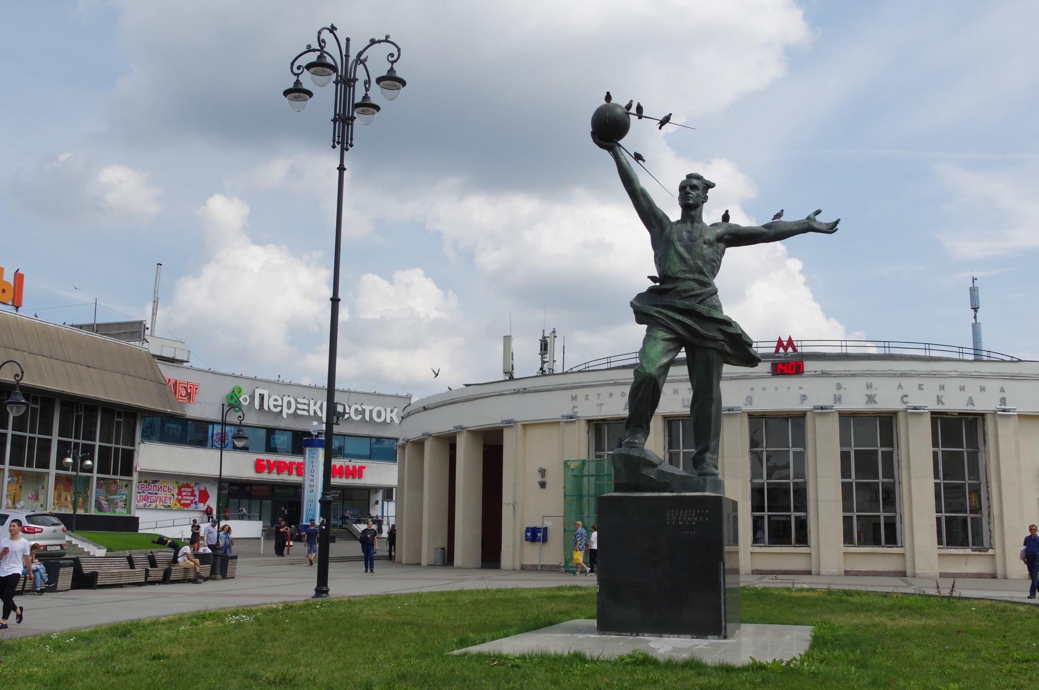 У наземного вестибюля станции «Рижская» Калужско-Рижской линии Московского метрополитена