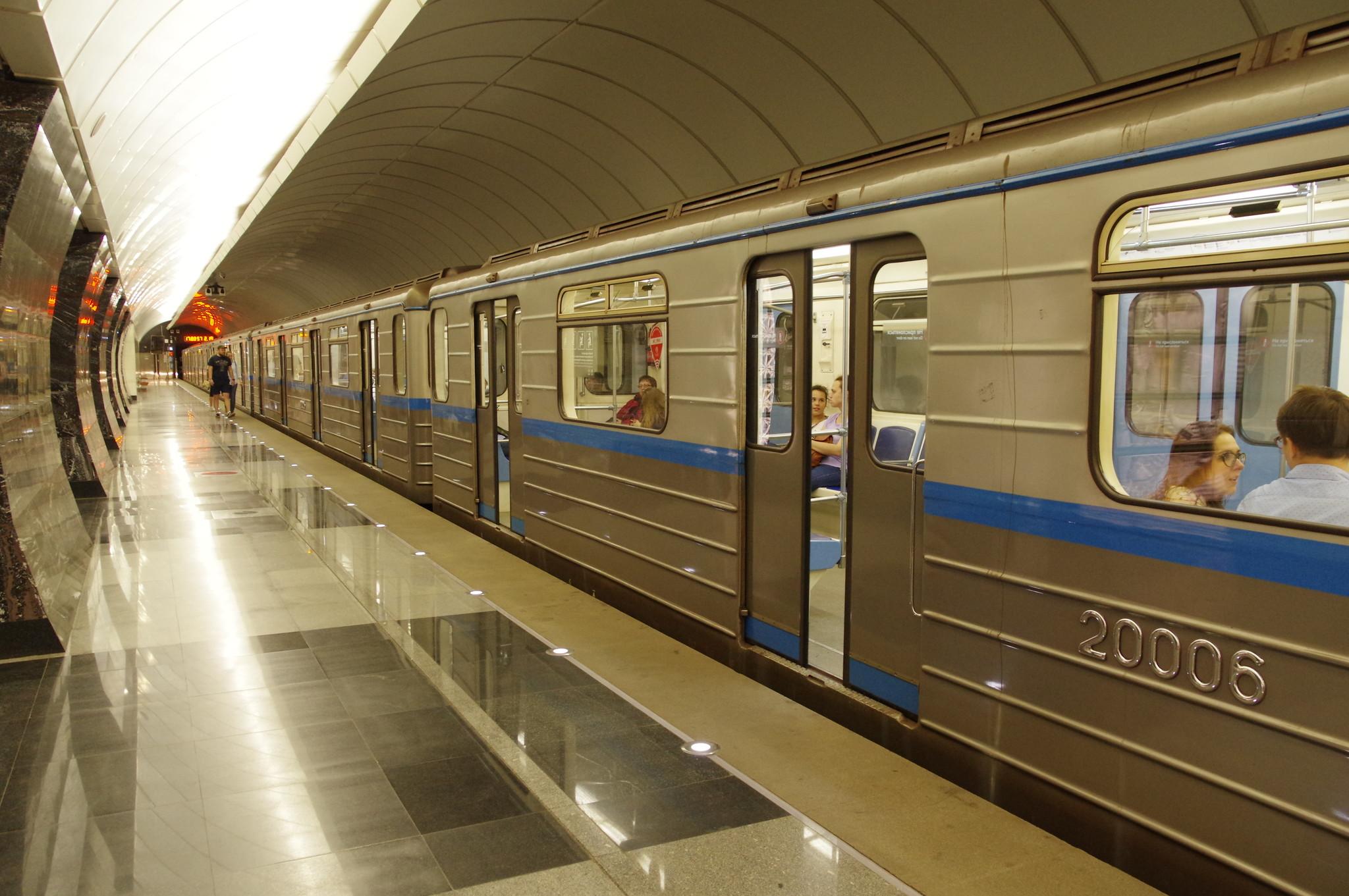 остав из вагонов 81-717.6/714.6 с номерами 27001-27002 (головные вагоны), 20001-20006 (промежуточные вагоны) на станции метро «Фонвизинская»