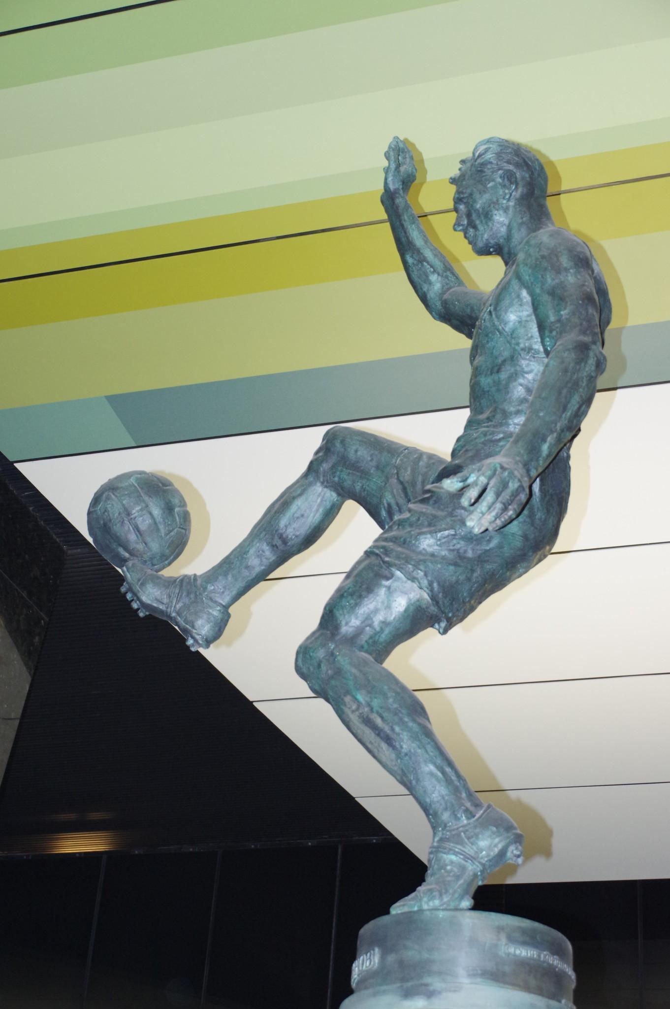 Станция «ЦСКА» Большой кольцевой линии. Прообразом для скульптуры футболиста стал Всеволод Бобров