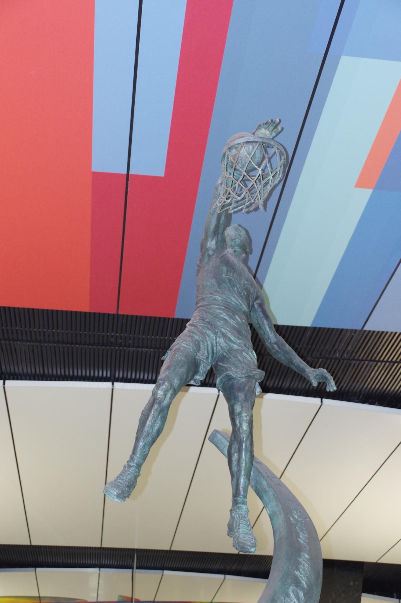 Станция «ЦСКА» Большой кольцевой линии. Прообразом для скульптуры баскетболиста стал Виктор Хряпа