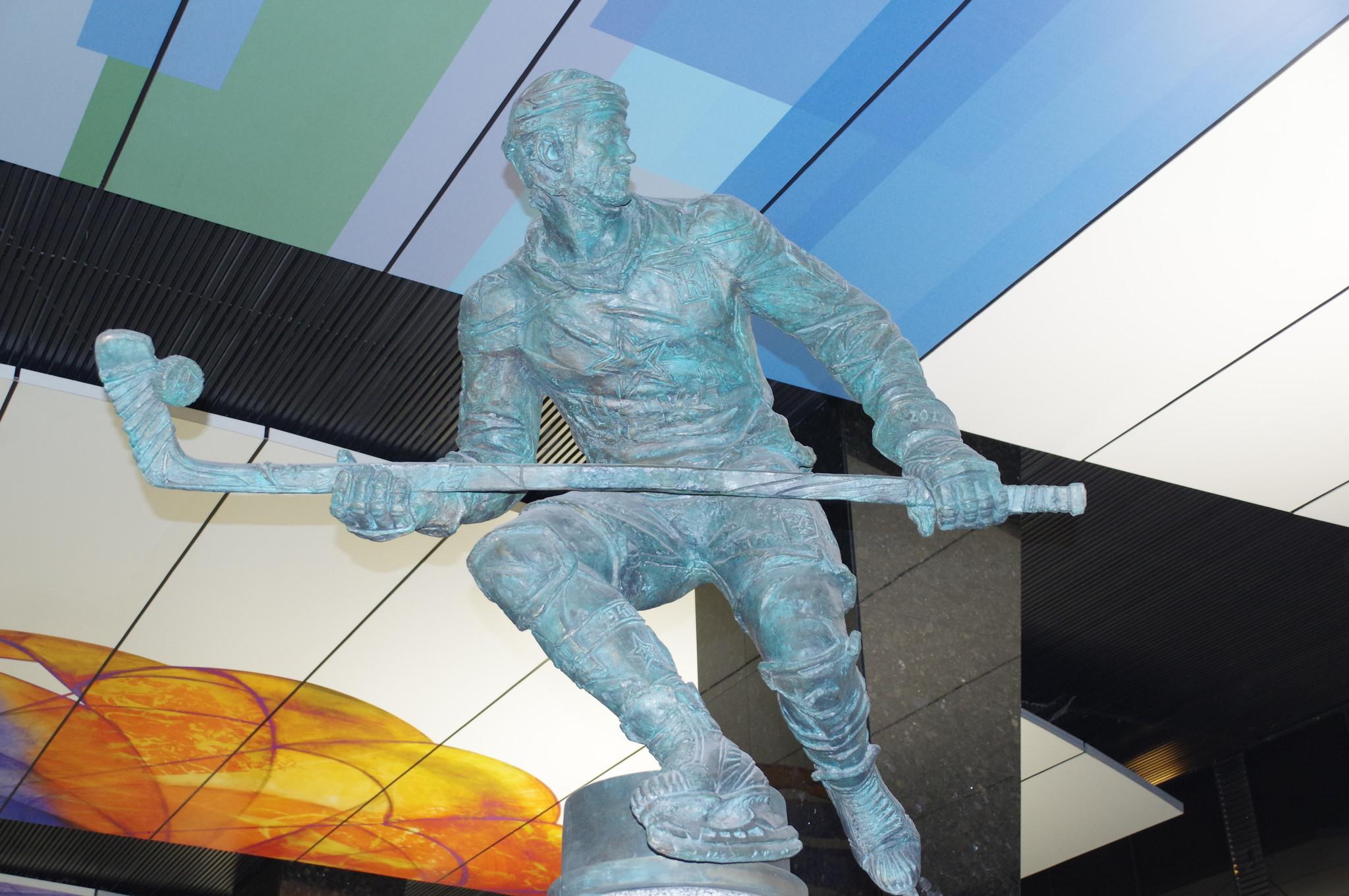Станция «ЦСКА» Большой кольцевой линии. Прообразом для скульптуры хоккеиста стал Денис Денисов
