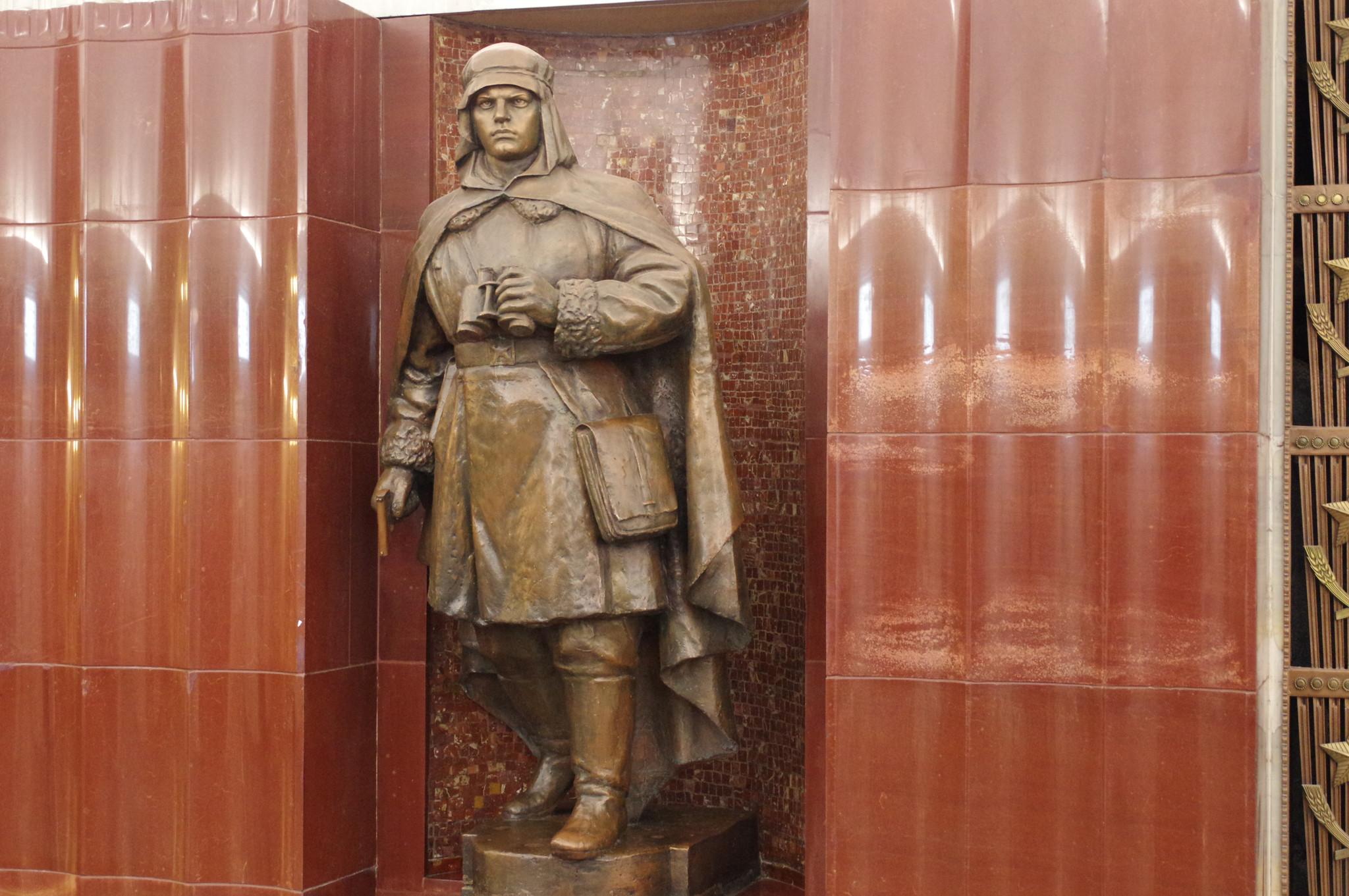Скульптура «Разведчик» на станции «Бауманская» Арбатско-Покровской линии Московского метрополитена