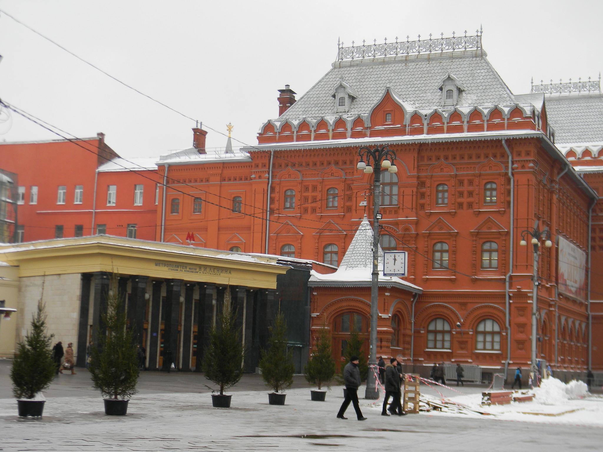 Вестибюль станций «Площадь Революции» и «Театральная»