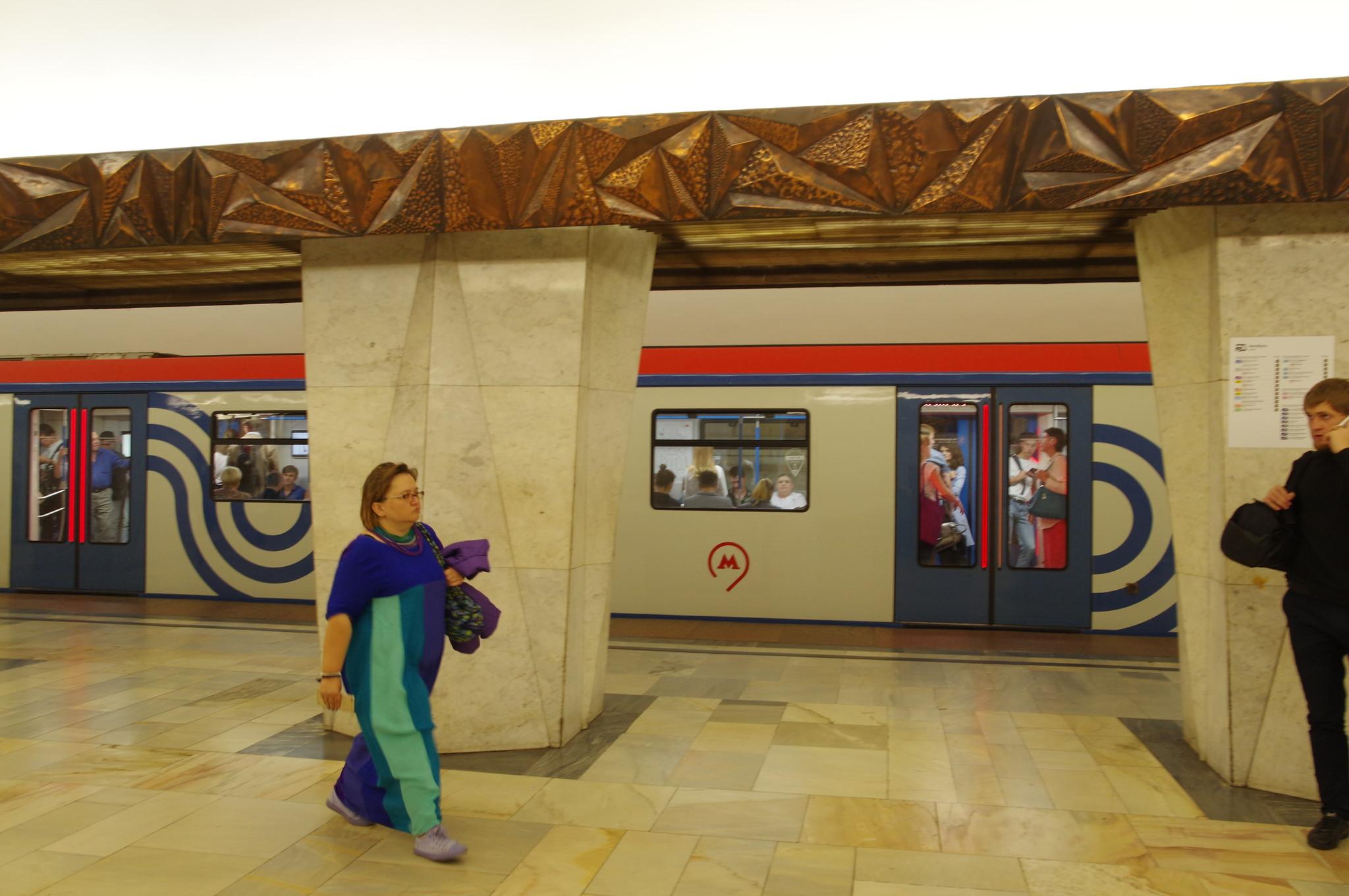 Вагоны метрополитена 81-765/766/767 «Москва» на станции «Китай-город»