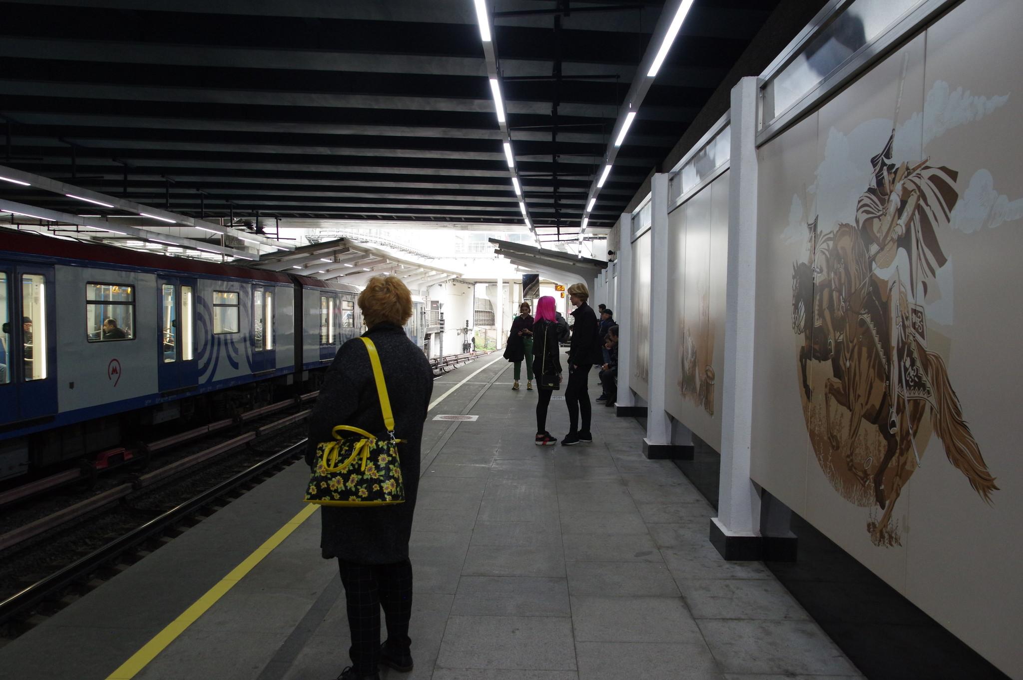 Электровагоны метрополитена серии 81-765/766/767 «Москва» на станции «Кутузовская»
