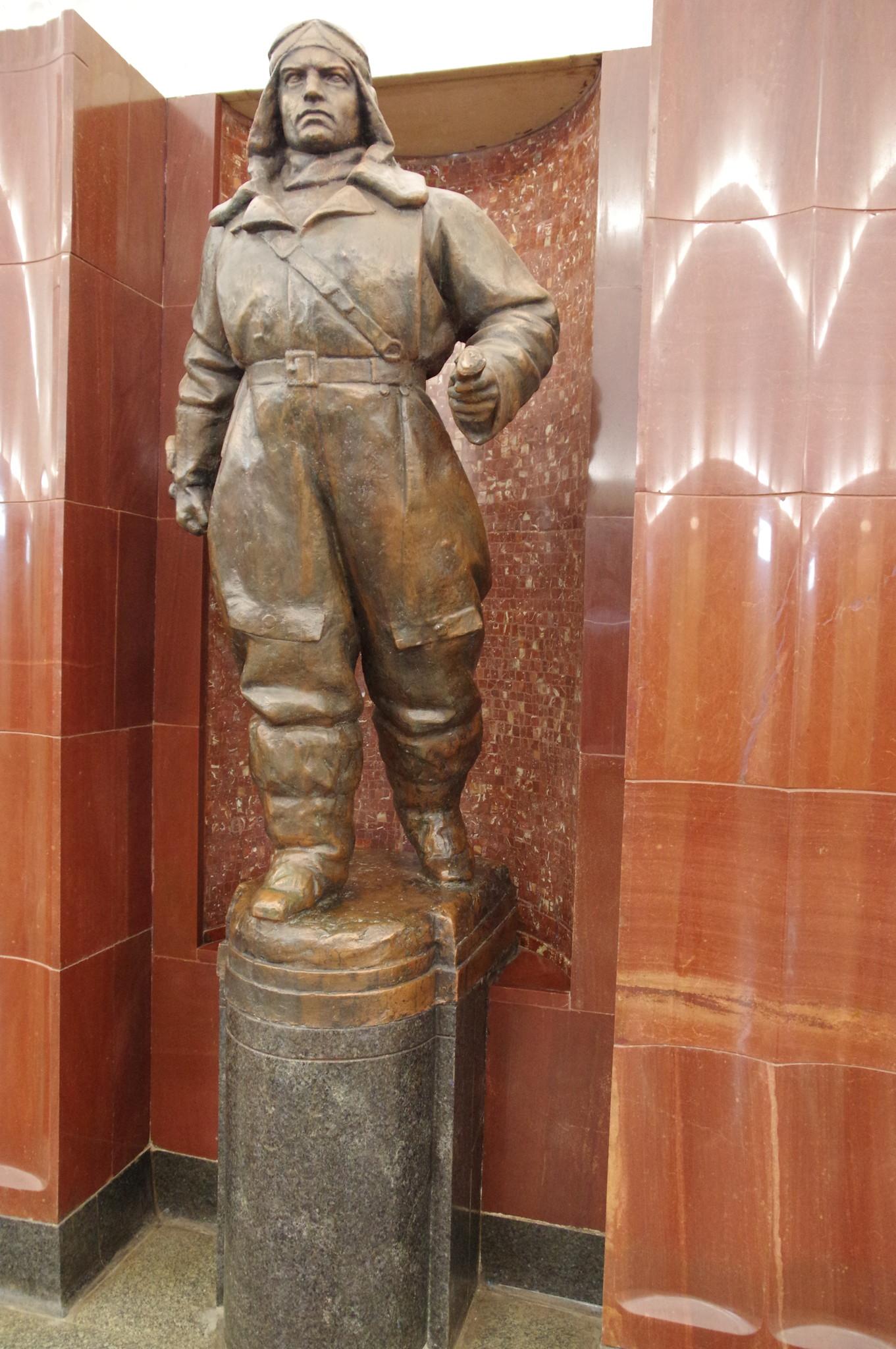 Скульптура «Лётчик» на станции «Бауманская» Московского метрополитена
