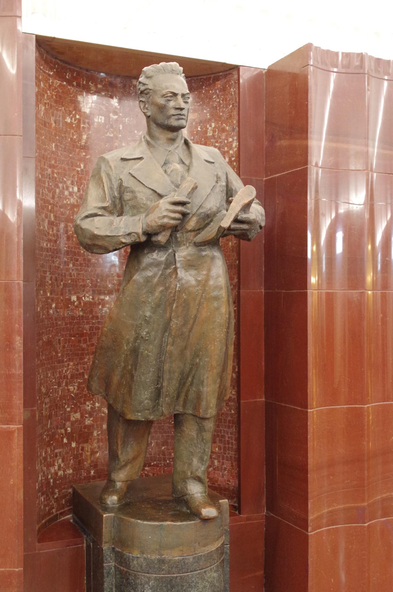 Скульптура «Конструктор» на станции «Бауманская» Московского метрополитена