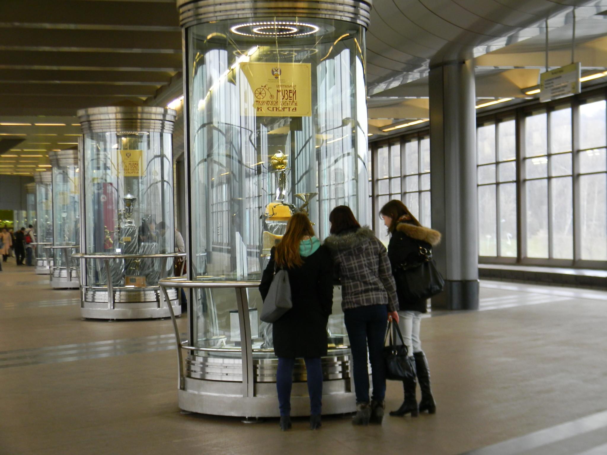 Экспонаты из собраний Государственного музея спорта на станции «Воробьёвы горы» Сокольнической линии. Ноябрь 2012 года