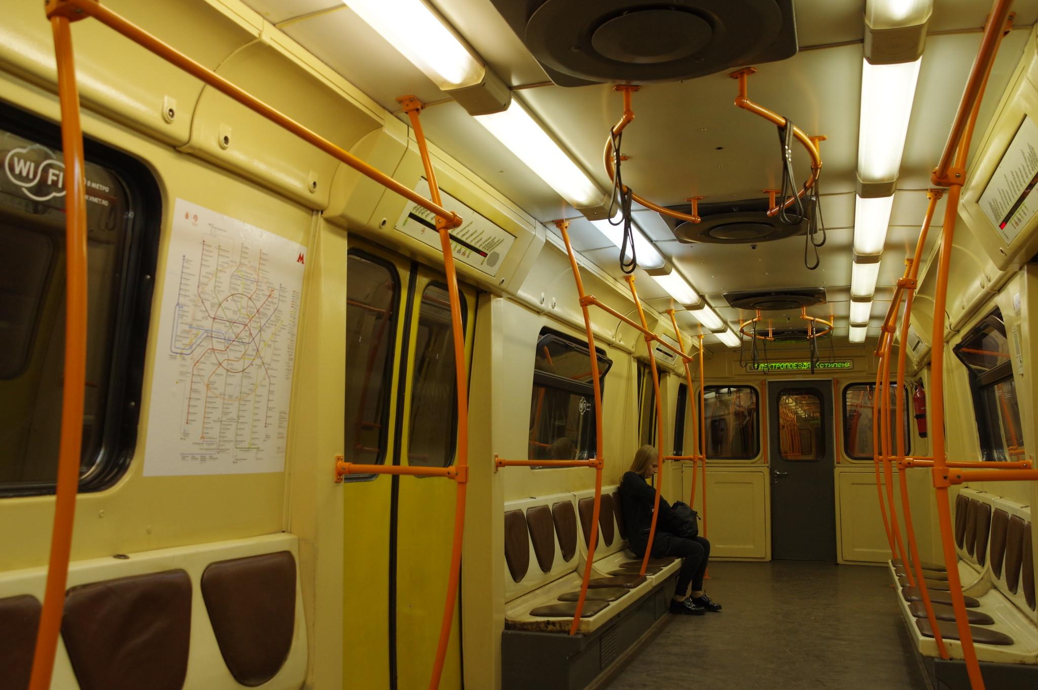В вагоне модели 81-721.1 «Яуза» на Люблинской-Дмитровской линии Московского метрополитена