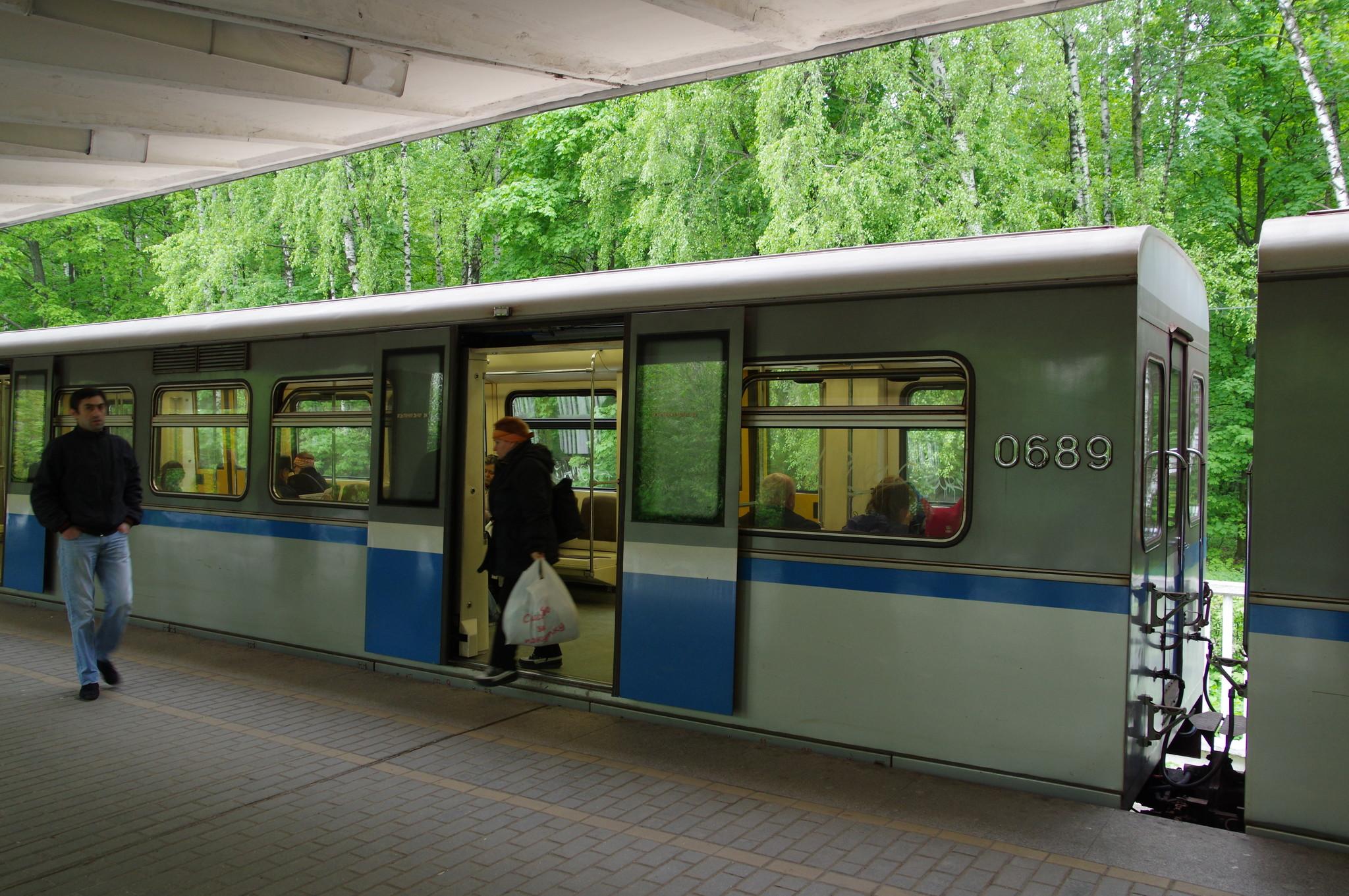 Промежуточный вагон 81-741.1 «Русич» номер 0689 на станции «Измайловская» Арбатско-Покровской линии Московского метрополитена
