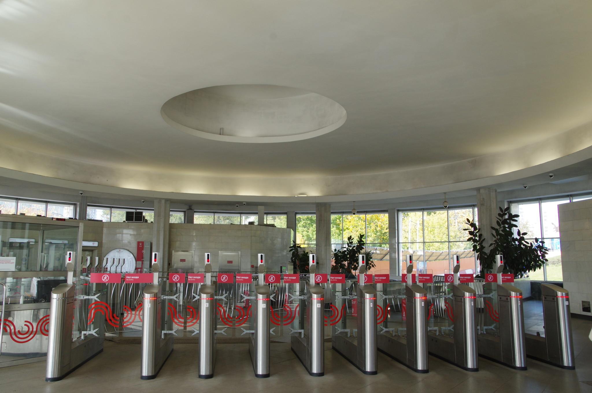 Внутри южного вестибюля, турникеты на выход. Станция «Ботанический сад» Калужско-Рижской линии Московского метрополитена