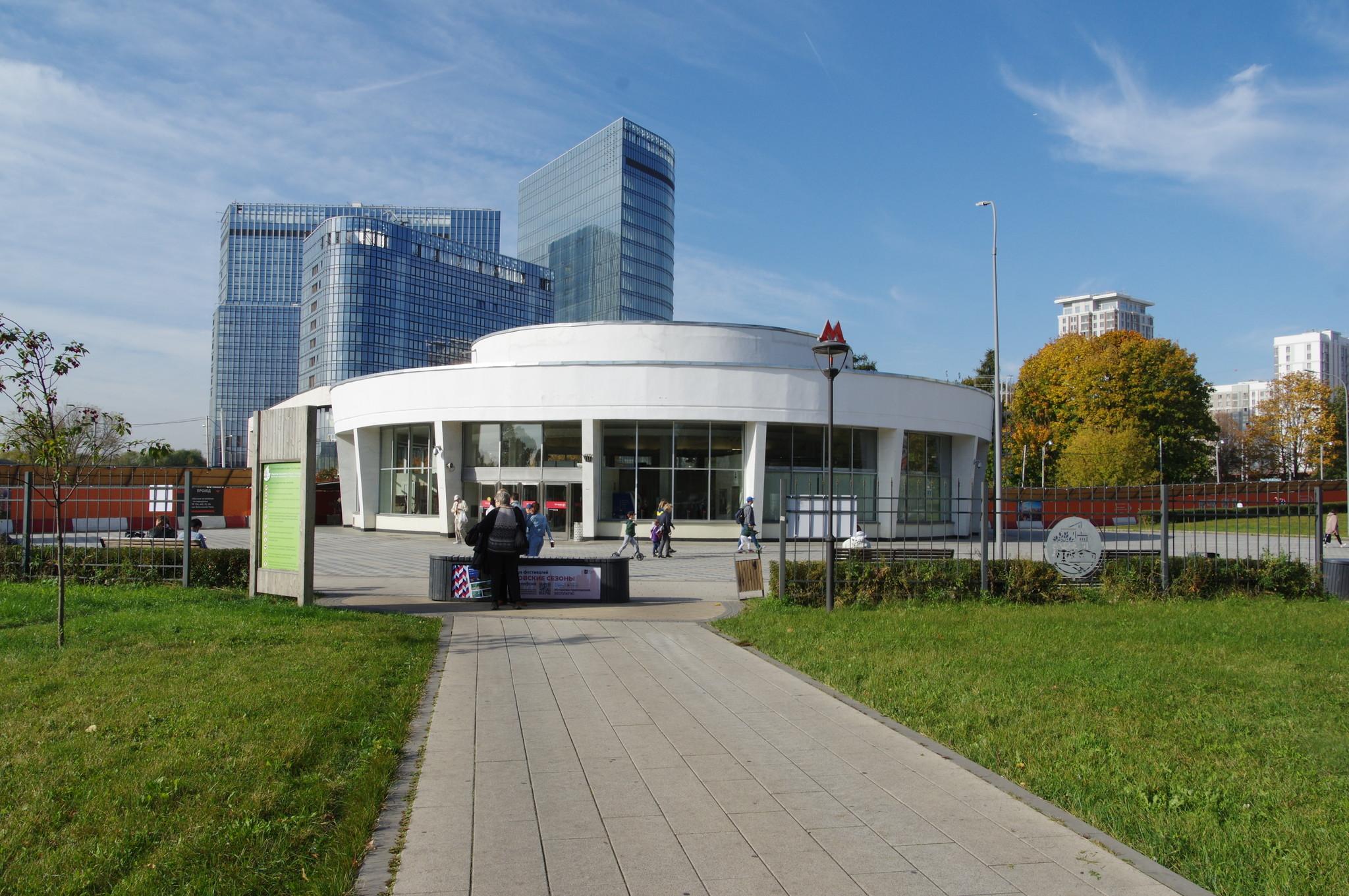 Вид на южный вестибюль от входа в парк «Сад будущего». Станция «Ботанический сад» Калужско-Рижской линии Московского метрополитена