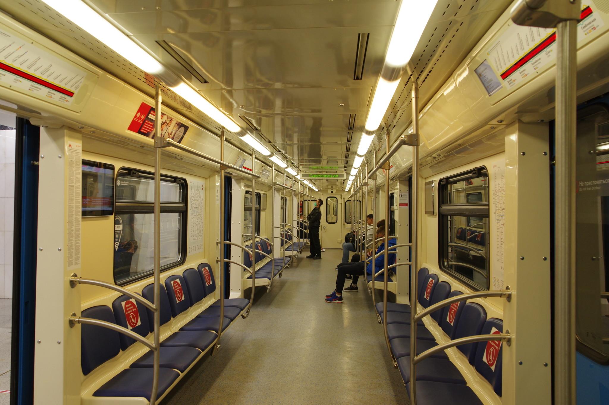 В вагоне поезда Московского метрополитена